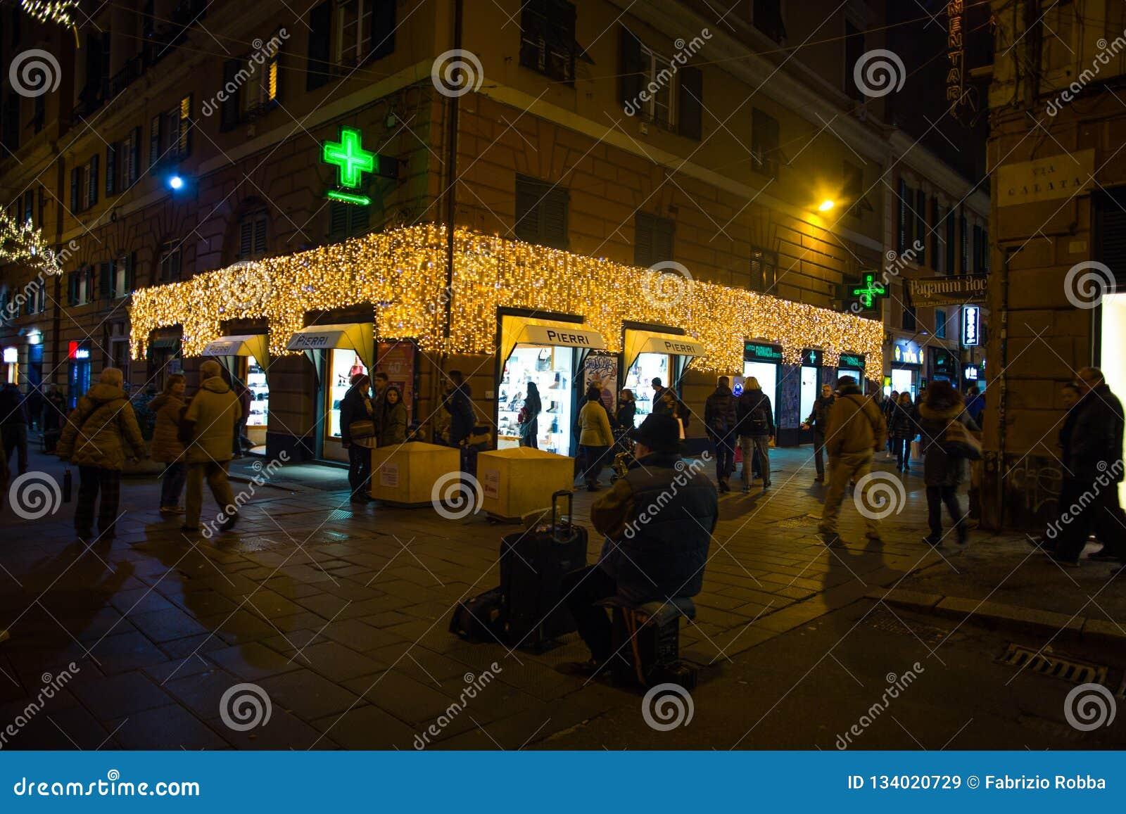 Φωτισμοί Χριστουγέννων στις οδούς του κέντρου της Γένοβας τή νύχτα, Ιταλία
