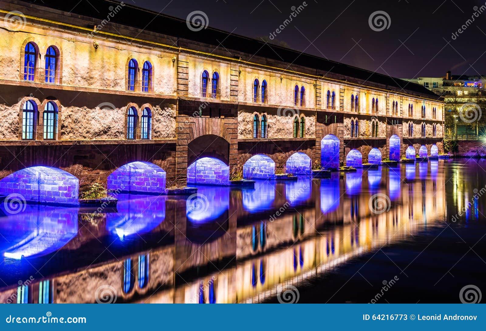 Φωτισμός νύχτας του φράγματος Vauban (weir Vauban) στο Στρασβούργο
