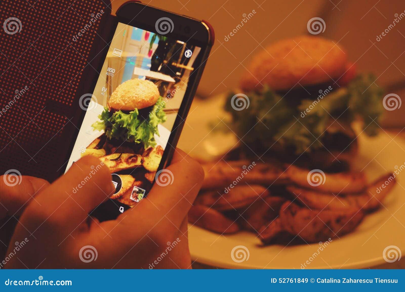 Φωτογράφιση των τροφίμων στο εστιατόριο