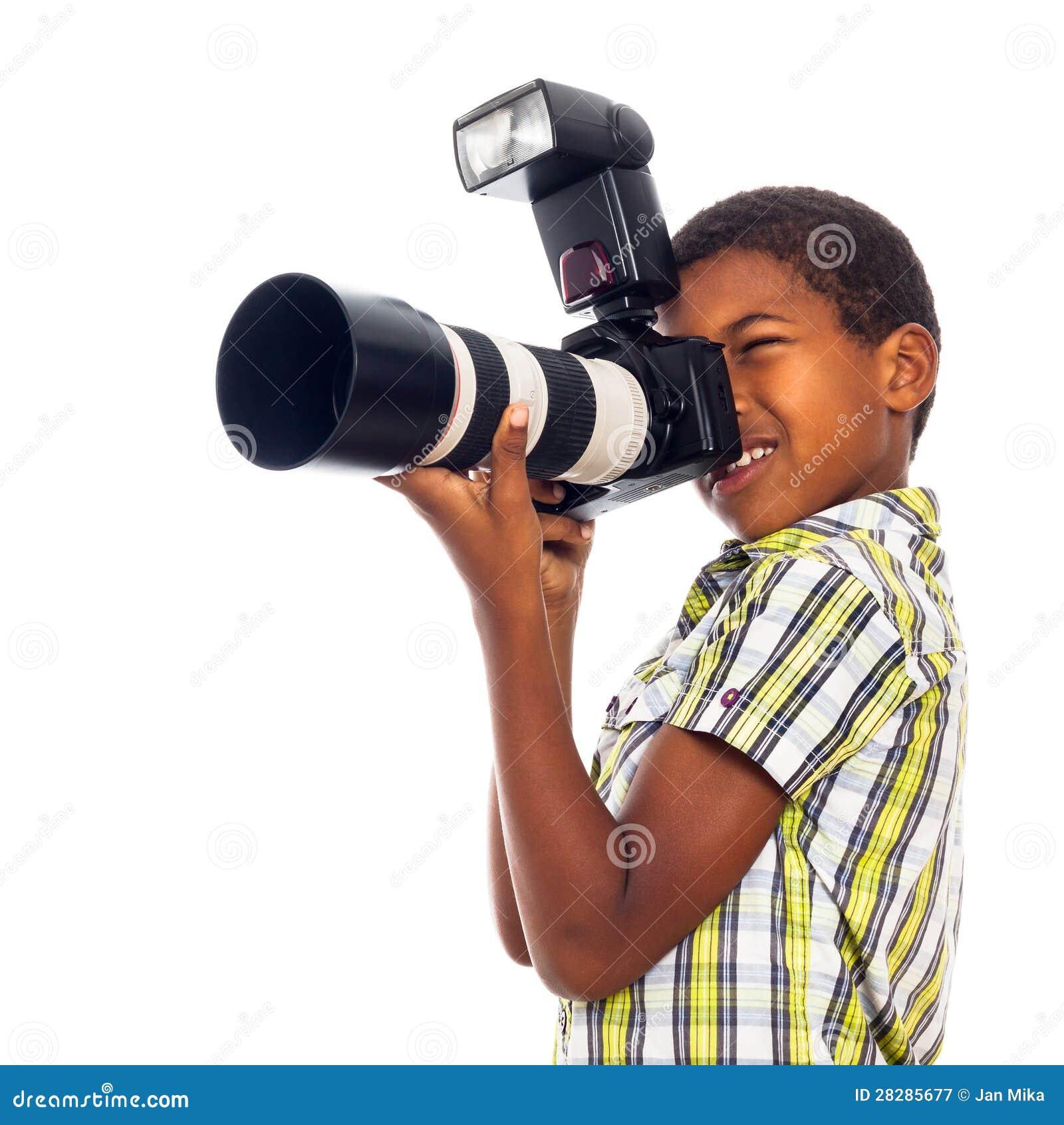 Φωτογράφος παιδιών με την επαγγελματική κάμερα