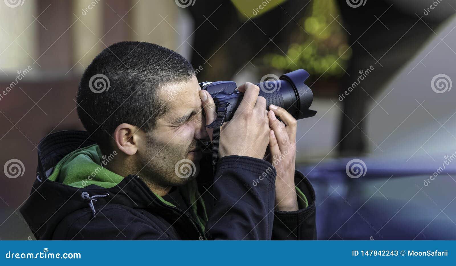 Φωτογράφος που παίρνει τη φωτογραφία