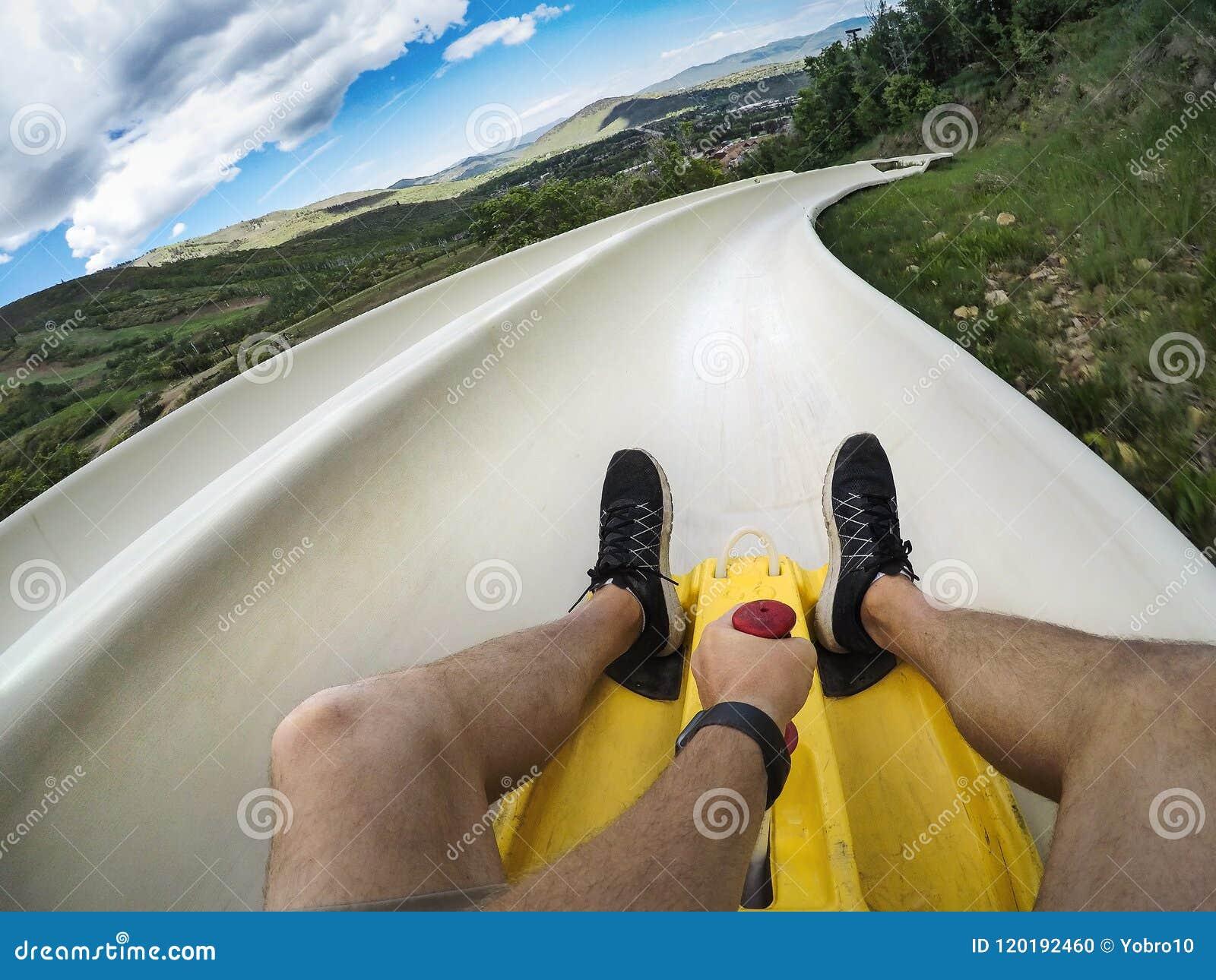 Φωτογραφία άποψης ενός ατόμου που οδηγά κάτω από μια προς τα κάτω αλπική φωτογραφική διαφάνεια ακτοφυλάκων σε διακοπές διασκέδαση