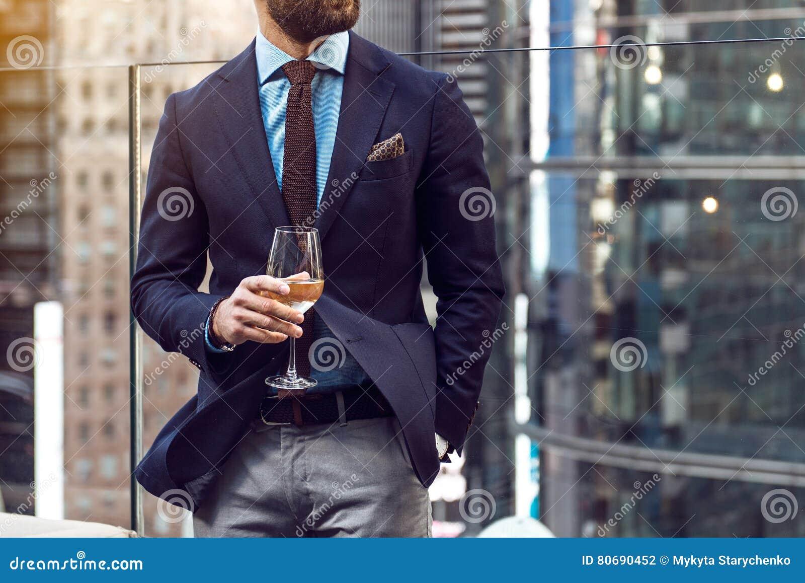 Φωτογραφία έννοιας της πλούσιας ζωής πολυτέλειας ανθρώπων Η ενήλικη επιτυχής κομψή φθορά επιχειρηματιών ταιριάζουν και το κρασί κ