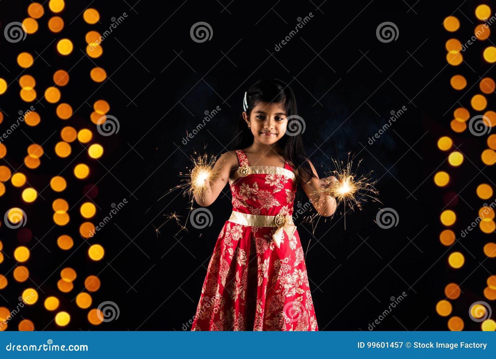 Φωτογραφία αποθεμάτων του ινδικού fulzadi ή του σπινθηρίσματος εκμετάλλευσης μικρών κοριτσιών ή κροτίδα πυρκαγιάς στη νύχτα diwal