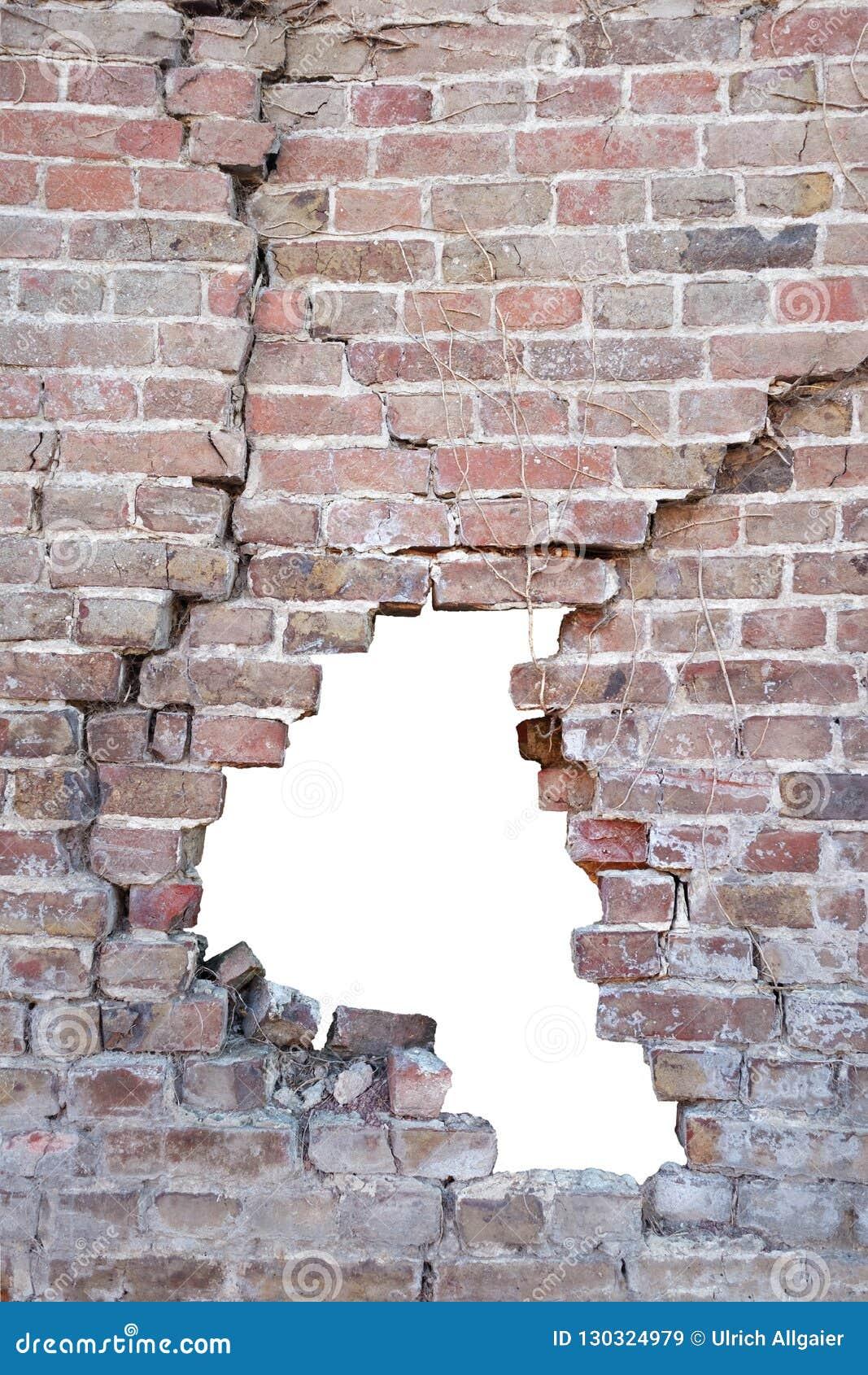 Φωτογραφία ενός σπασμένου πορώδους παλαιού τούβλου τουβλότοιχος με την τρύπα μετά από το ατύχημα, άσπρο υπόβαθρο που απομονώνεται