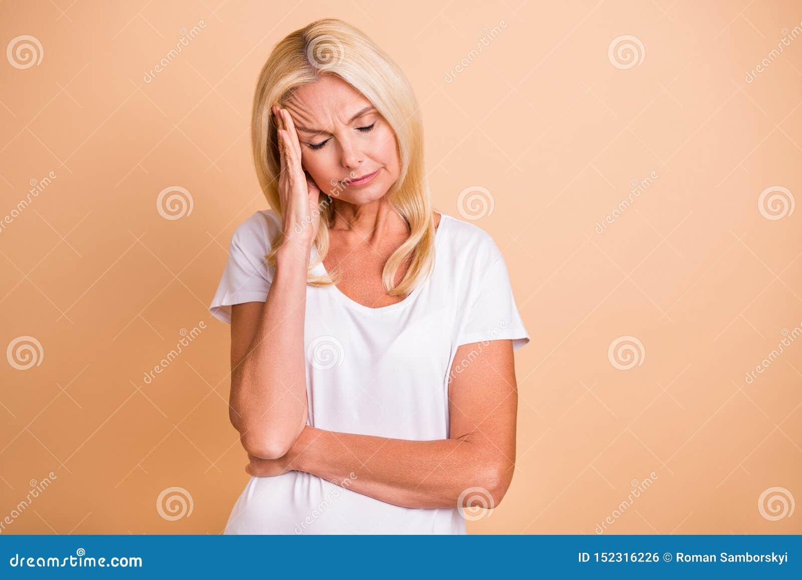 Φωτογραφία κινηματογραφήσεων σε πρώτο πλάνο της λαβής δάχτυλων γυναικείων βραχιόνων τα επικεφαλής μάτια έκλεισαν το φοβερό πόνου