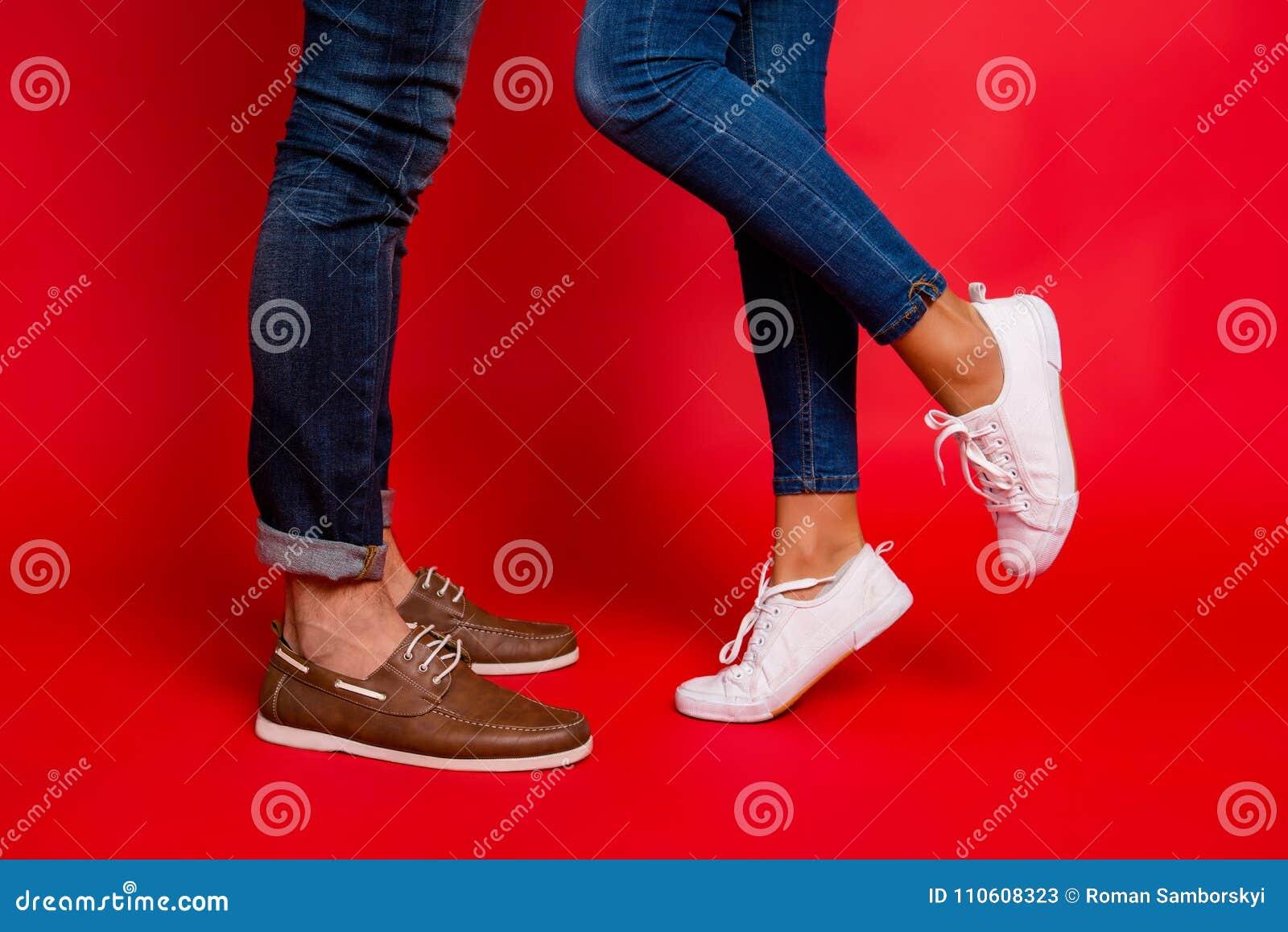 Φωτογραφία κινηματογραφήσεων σε πρώτο πλάνο των ποδιών γυναικών και ανδρών στα τζιν, εσώρουχα και παπούτσια, γ