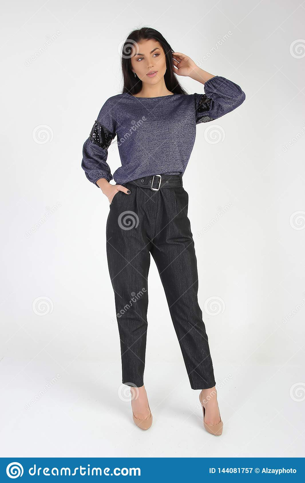 Φωτογραφία μόδας του νέου όμορφου θηλυκού προτύπου στο φόρεμα