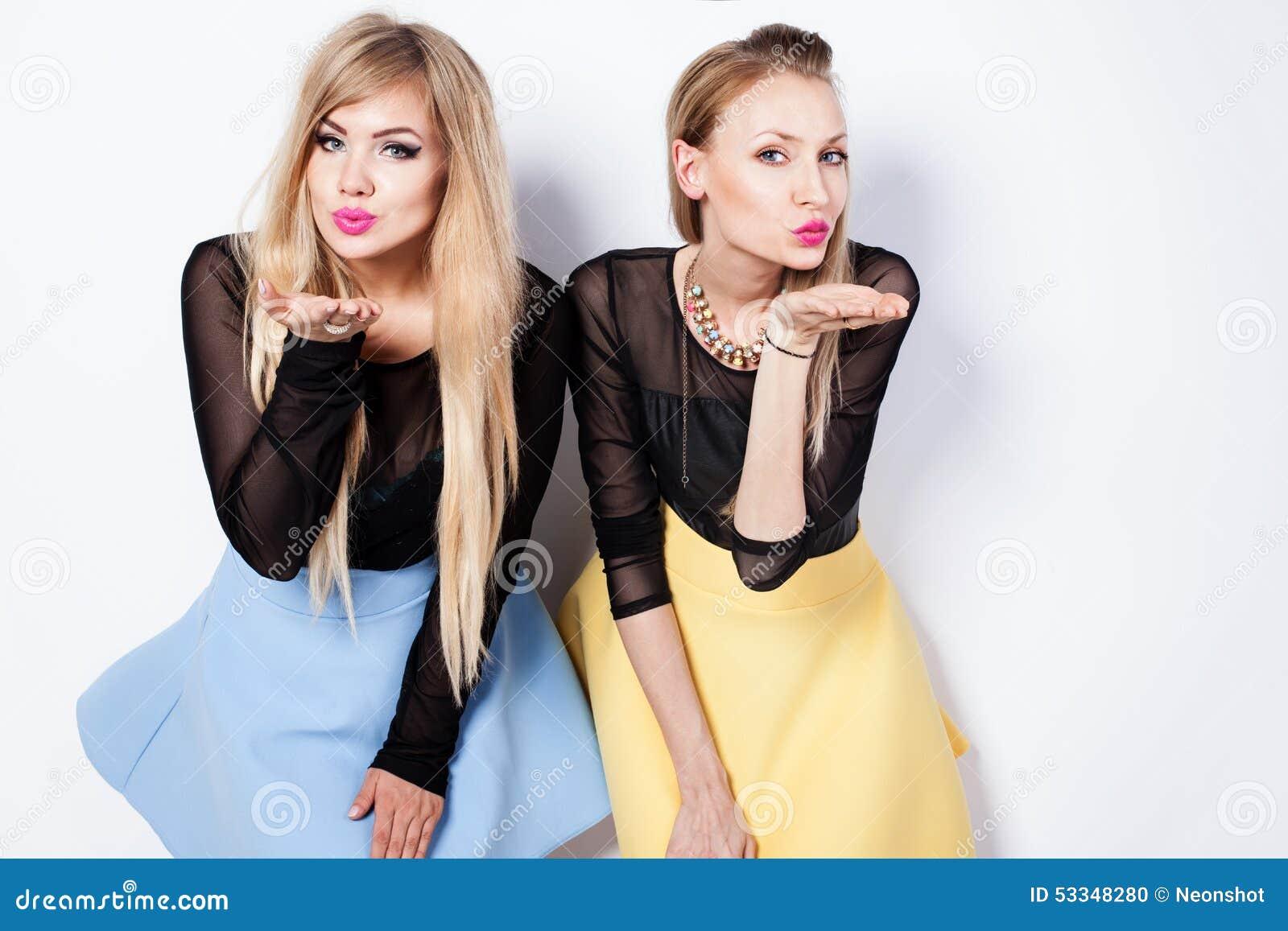 Φωτογραφία μόδας δύο ξανθών κοριτσιών