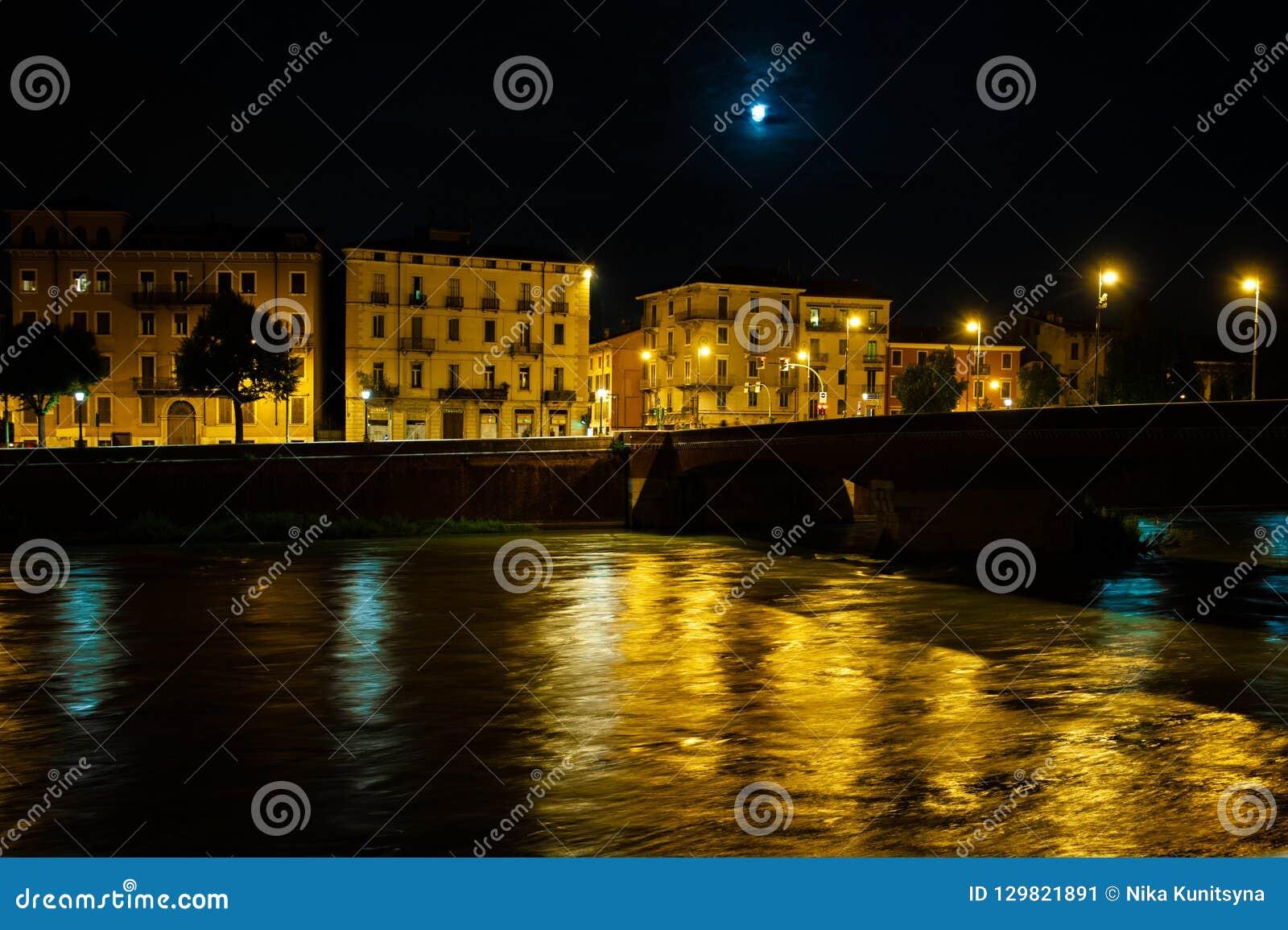 Φωτογραφία νύχτας της Βερόνα