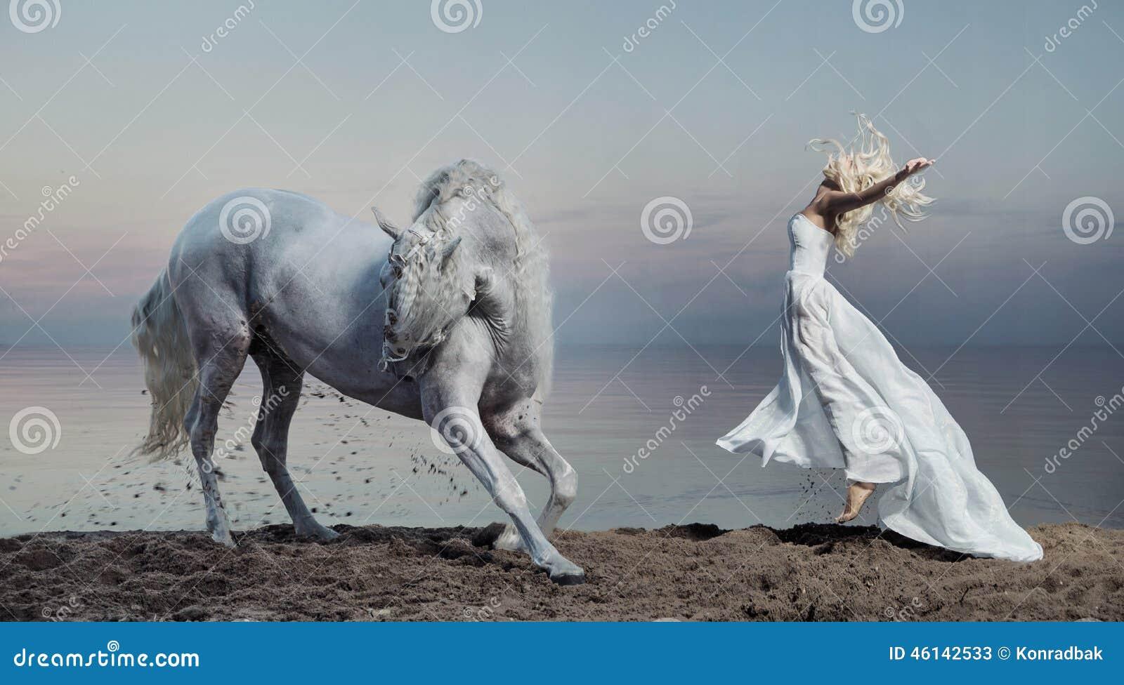Φωτογραφία τέχνης της γυναίκας με το ισχυρό άλογο