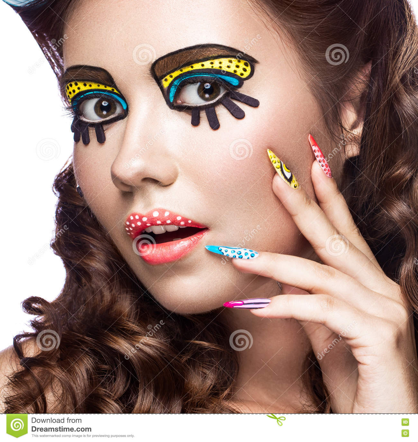 Φωτογραφία της έκπληκτης νέας γυναίκας με την επαγγελματικά κωμικά λαϊκά σύνθεση τέχνης και το μανικιούρ σχεδίου Δημιουργικό ύφος