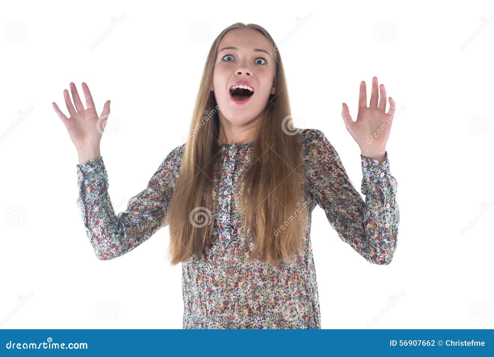 Φωτογραφία της ευτυχούς έκπληκτης νέας γυναίκας