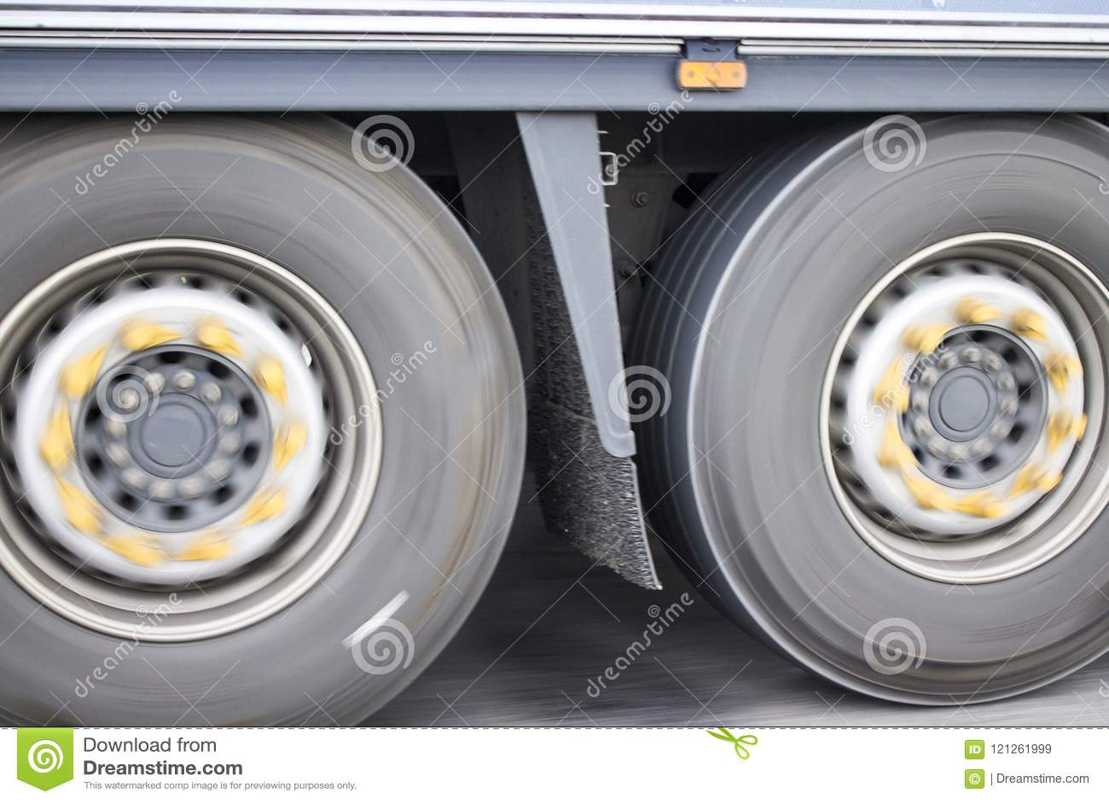 Φωτογραφία των ροδών φορτηγών στη θαμπάδα κινήσεων
