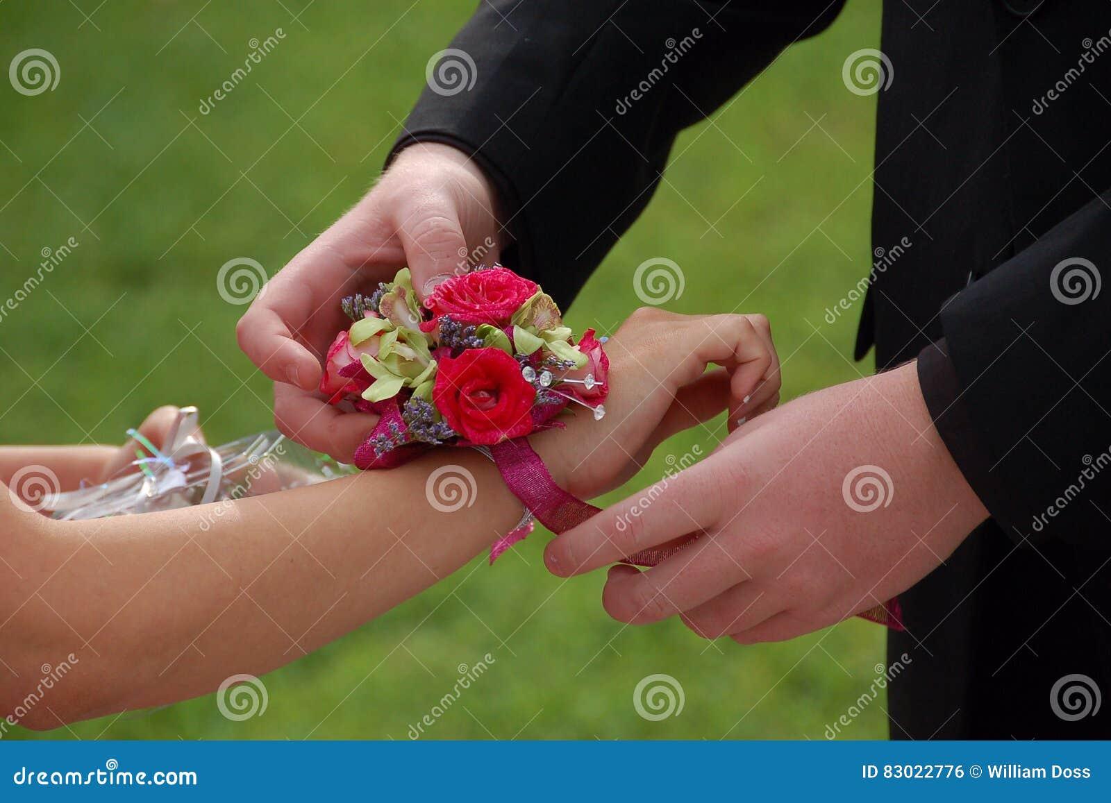 Φωτογραφικές διαφάνειες ημερομηνίας Prom στο κορσάζ καρπών