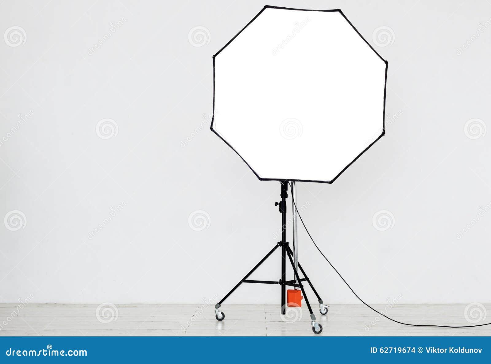 Φωτογραφικός φωτισμός σε ένα κενό στούντιο