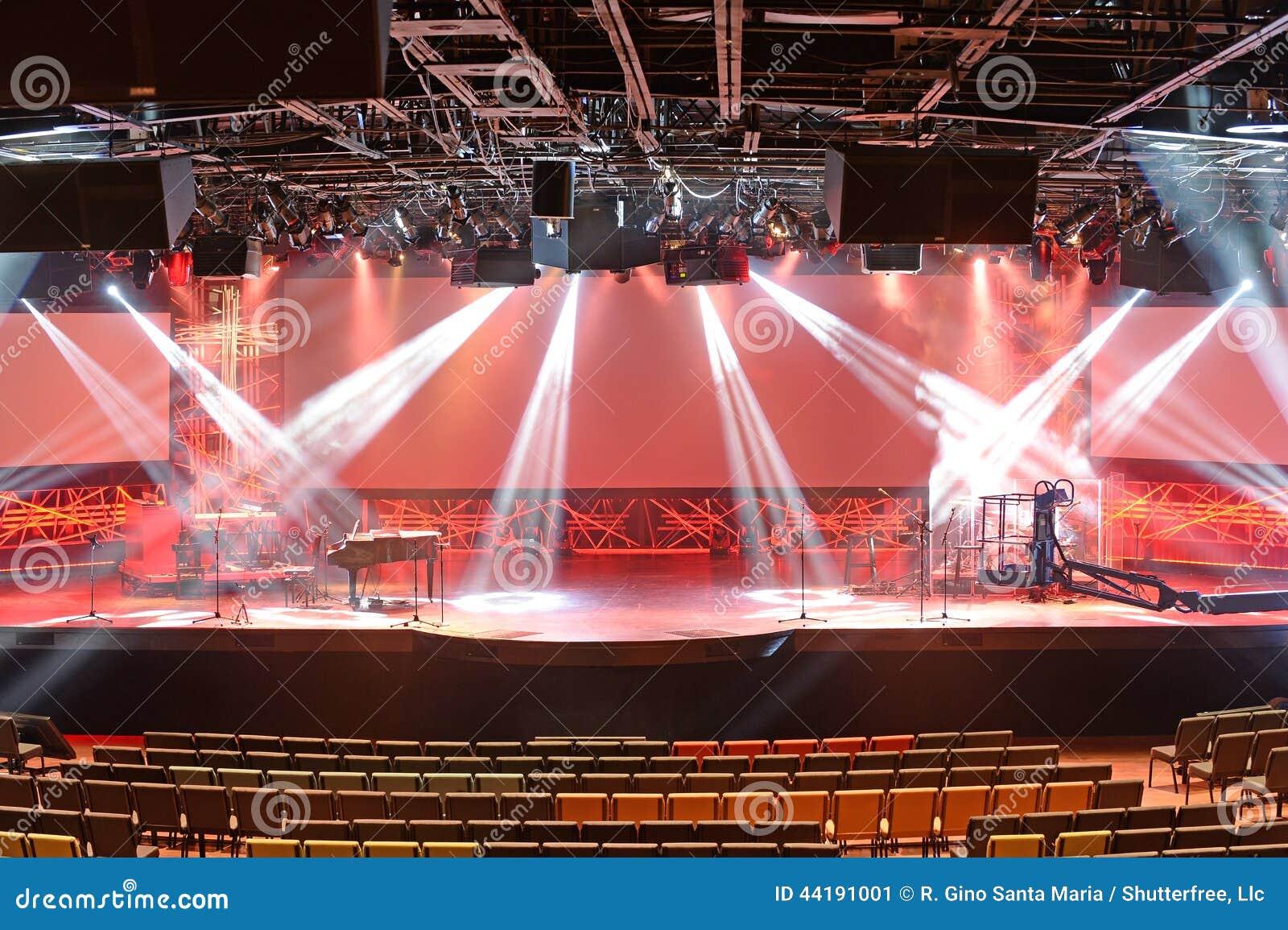 Φω τα σκηνών πριν από τη συναυλία