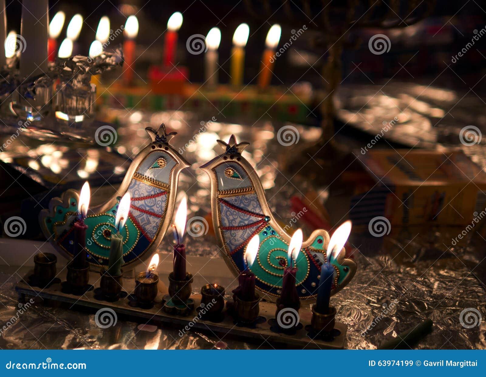 Φω τα Hanuka με τον καλλιτεχνικό κάτοχο κεριών