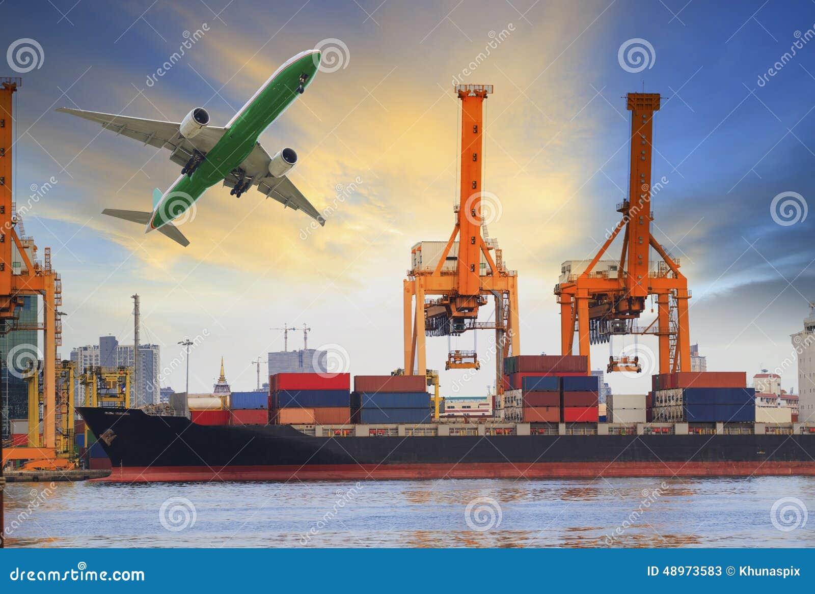 Φόρτωση σκαφών εμπορευματοκιβωτίων στο λιμένα και αεροπλάνο μεταφοράς εμπορευμάτων που πετά ανωτέρω για τη βιομηχανία μεταφορών ν