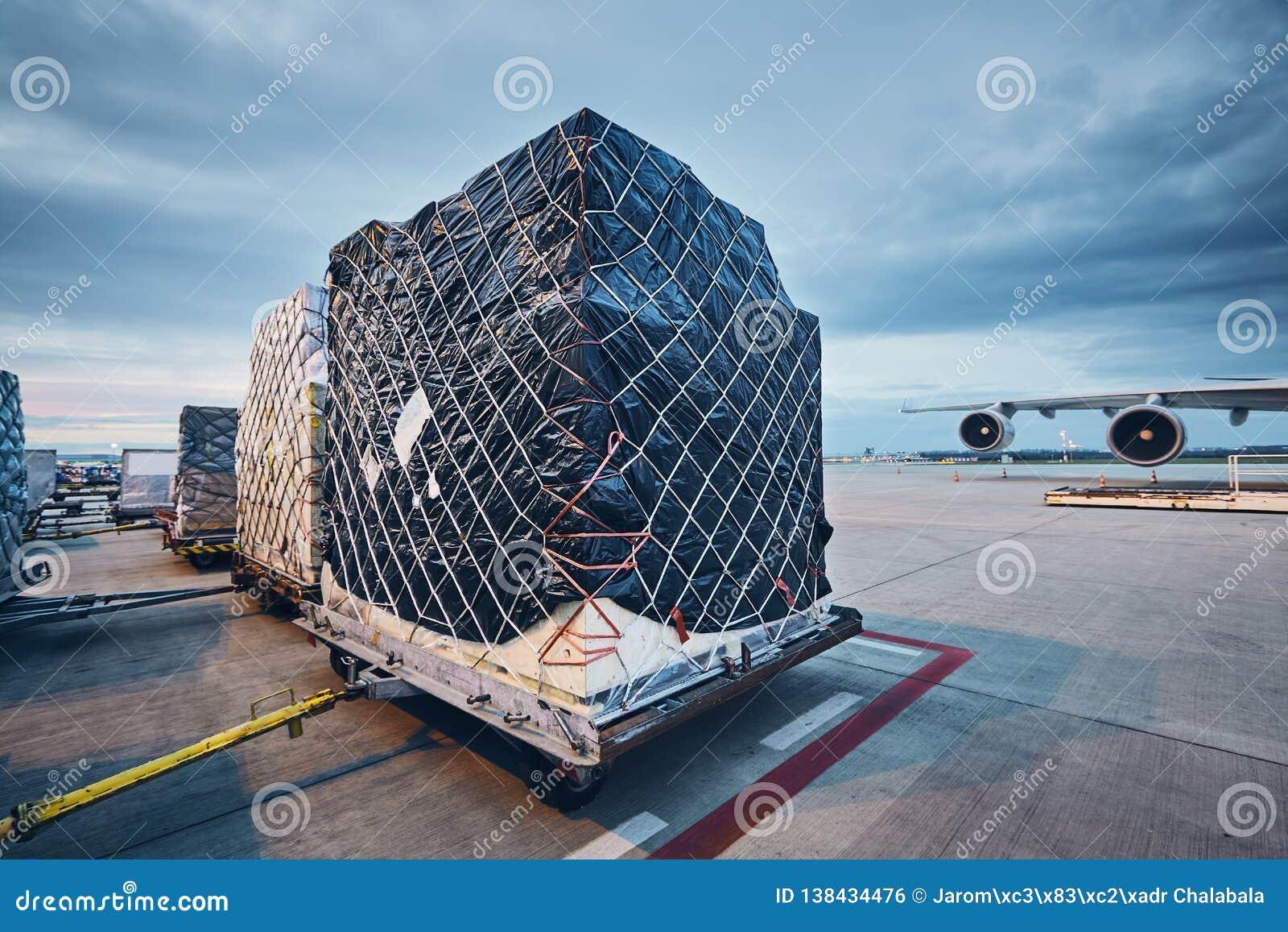 φόρτωση φορτίου αεροπλάν&om