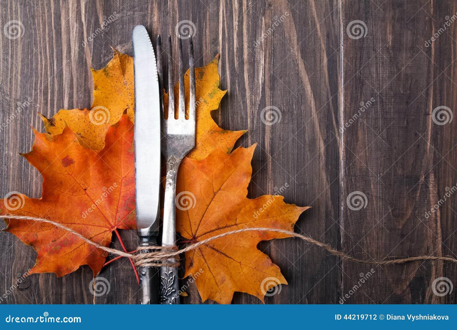 Φύλλα, μαχαίρι και δίκρανο φθινοπώρου