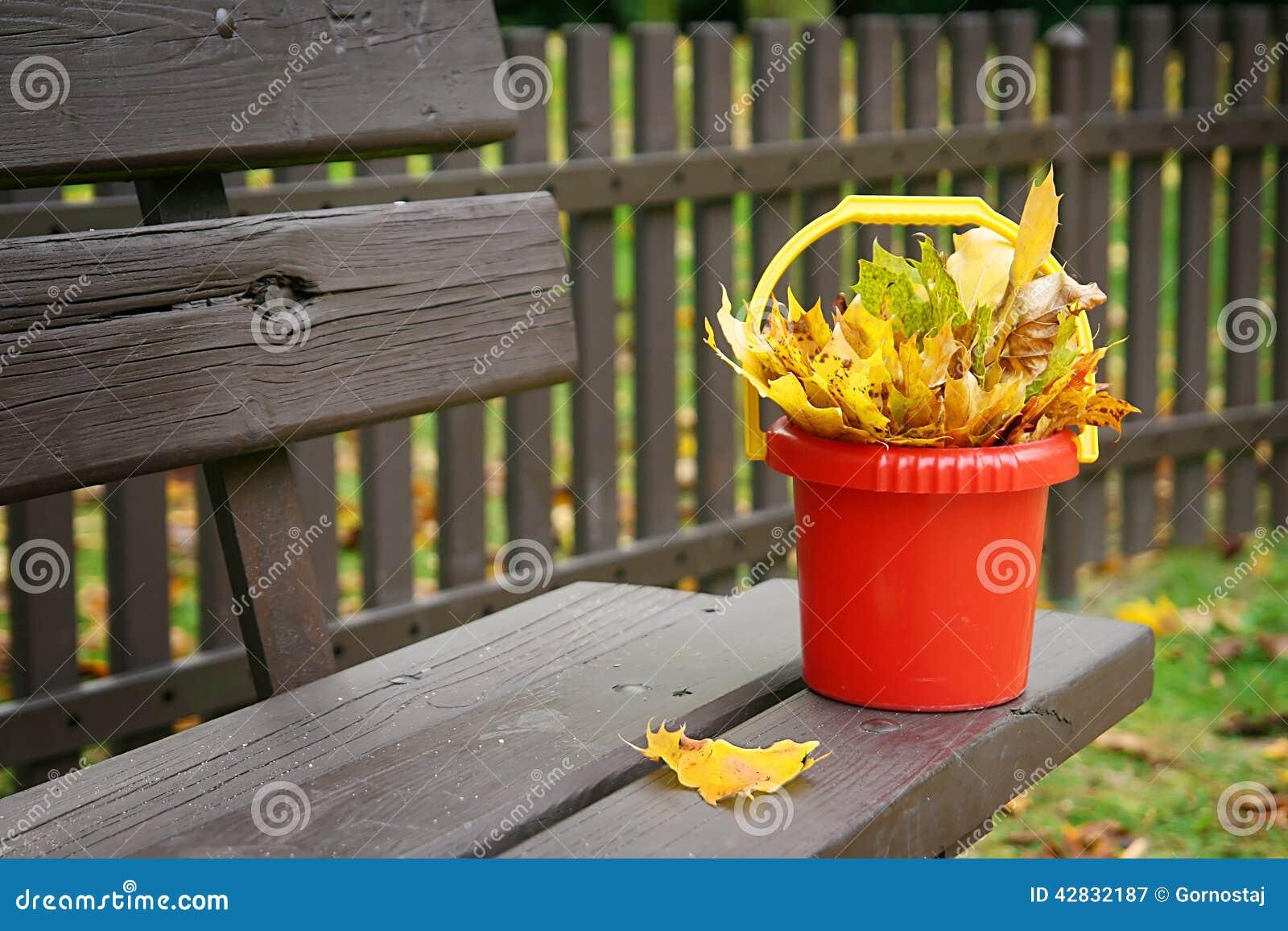 Φύλλα σε έναν πλαστικό κάδο που στέκεται στον πάγκο