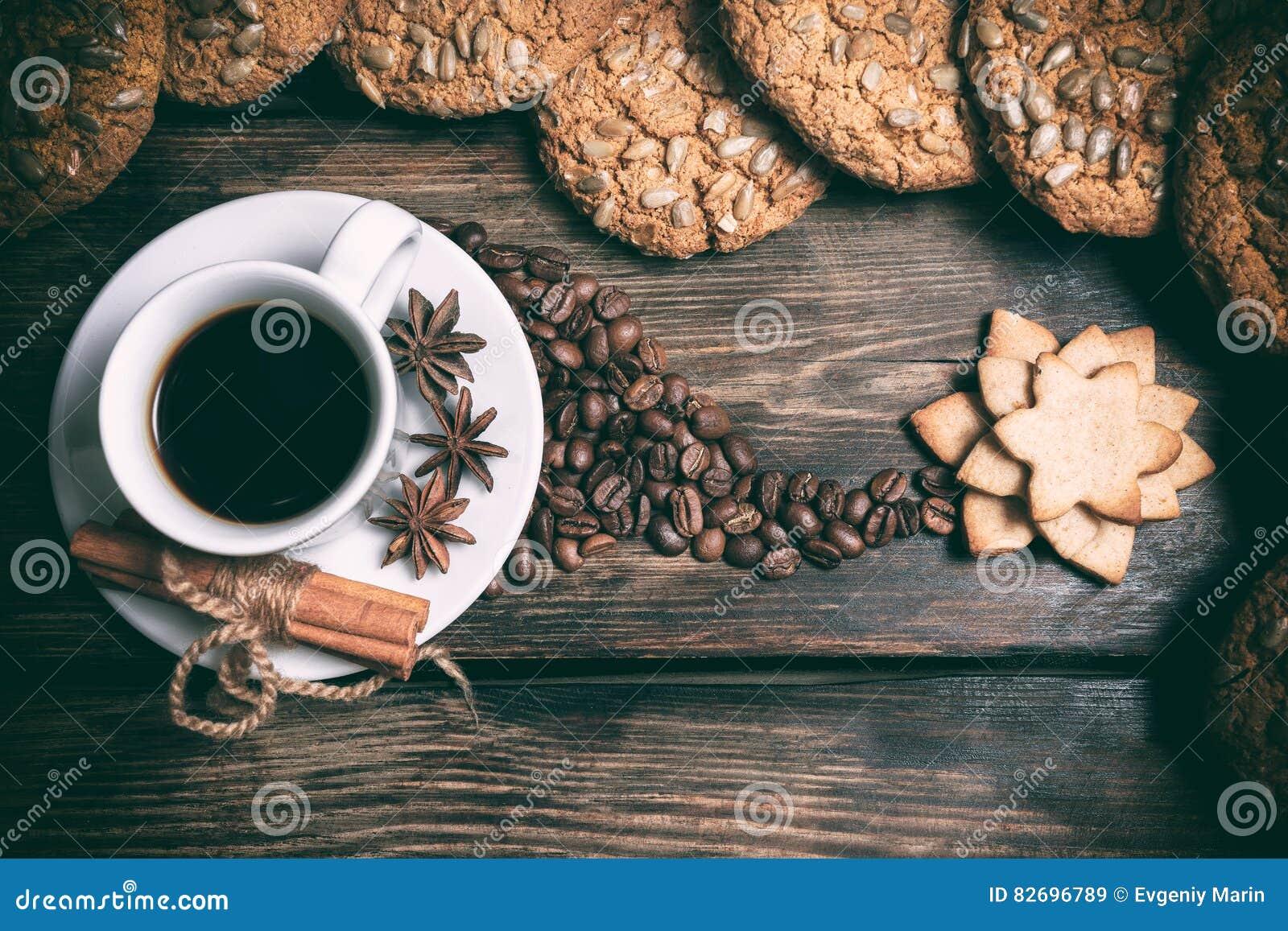 Φλιτζάνι του καφέ γούστου με τα ψημένα σιτάρια