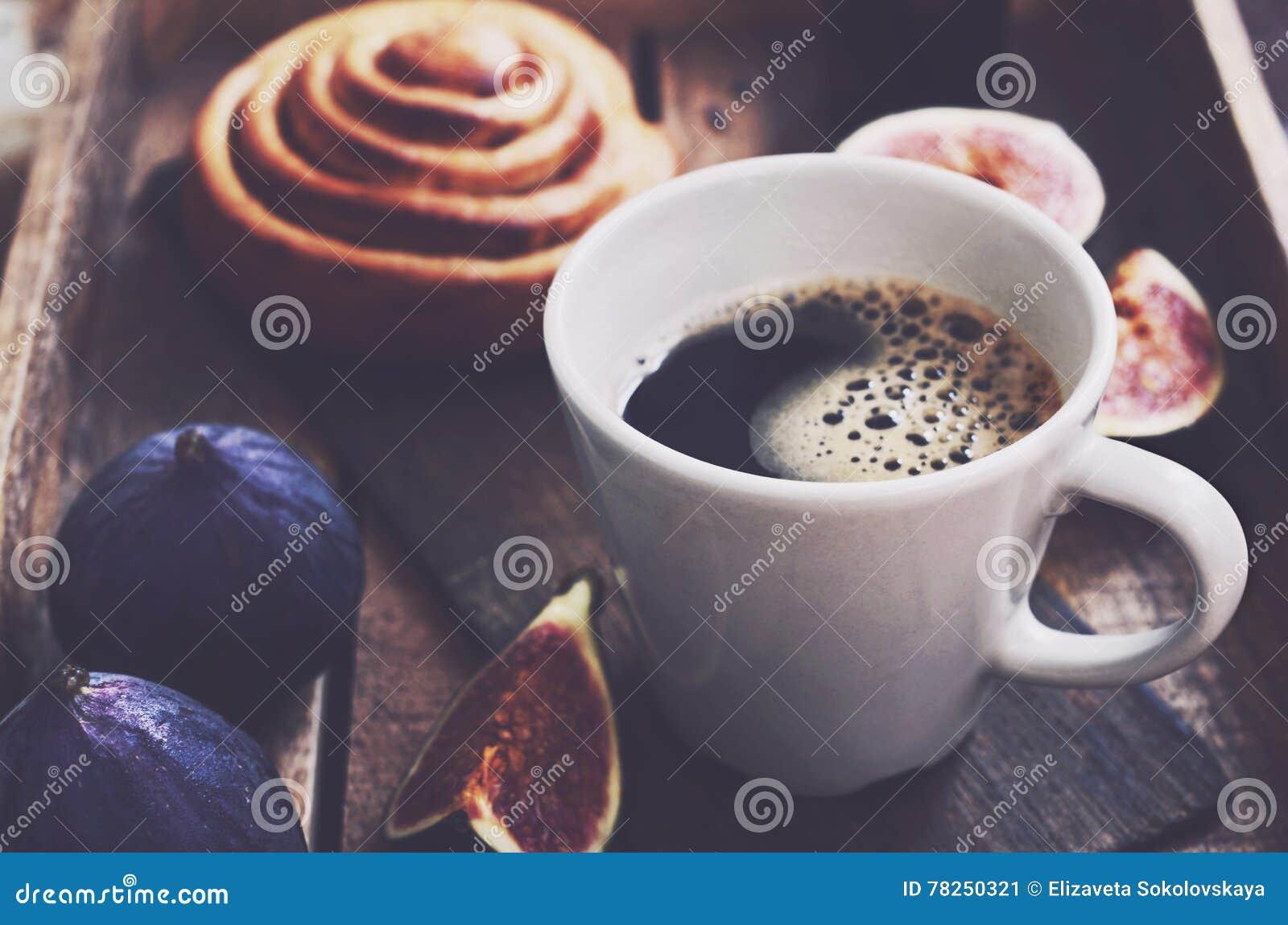 Φλιτζάνι του καφέ πρωινού, φρούτα και φρέσκο αρτοποιείο