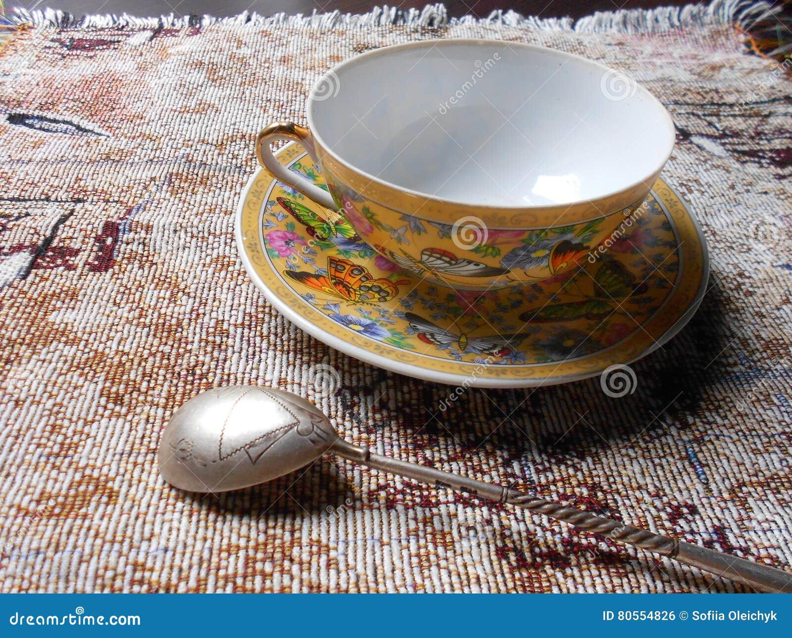 Φλυτζάνι και πιατάκι πορσελάνης σε ένα ύφασμα