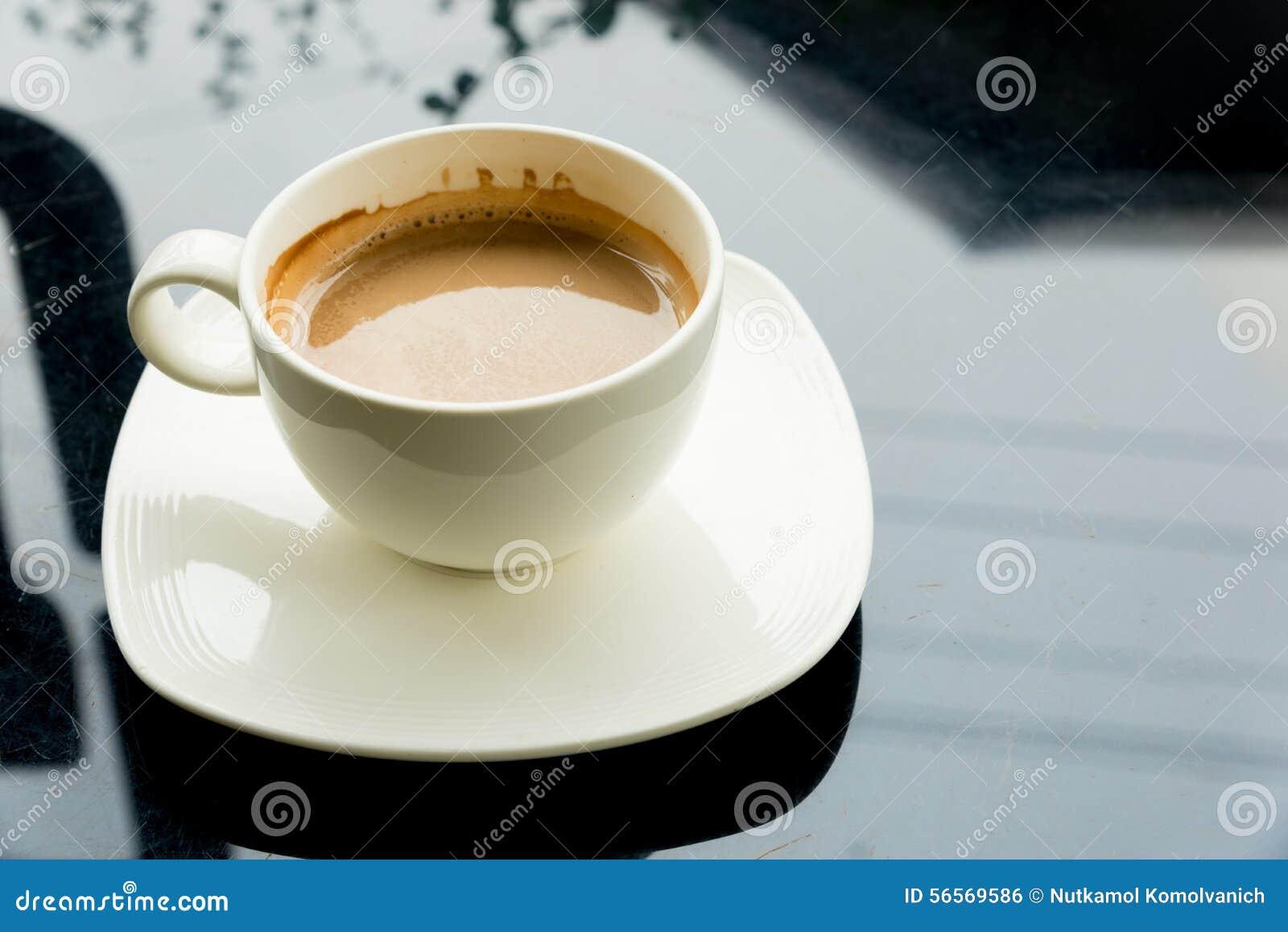 Download Φλυτζάνι καφέ στο μαύρο πίνακα Στοκ Εικόνες - εικόνα από άσπρος, διακοπής: 56569586