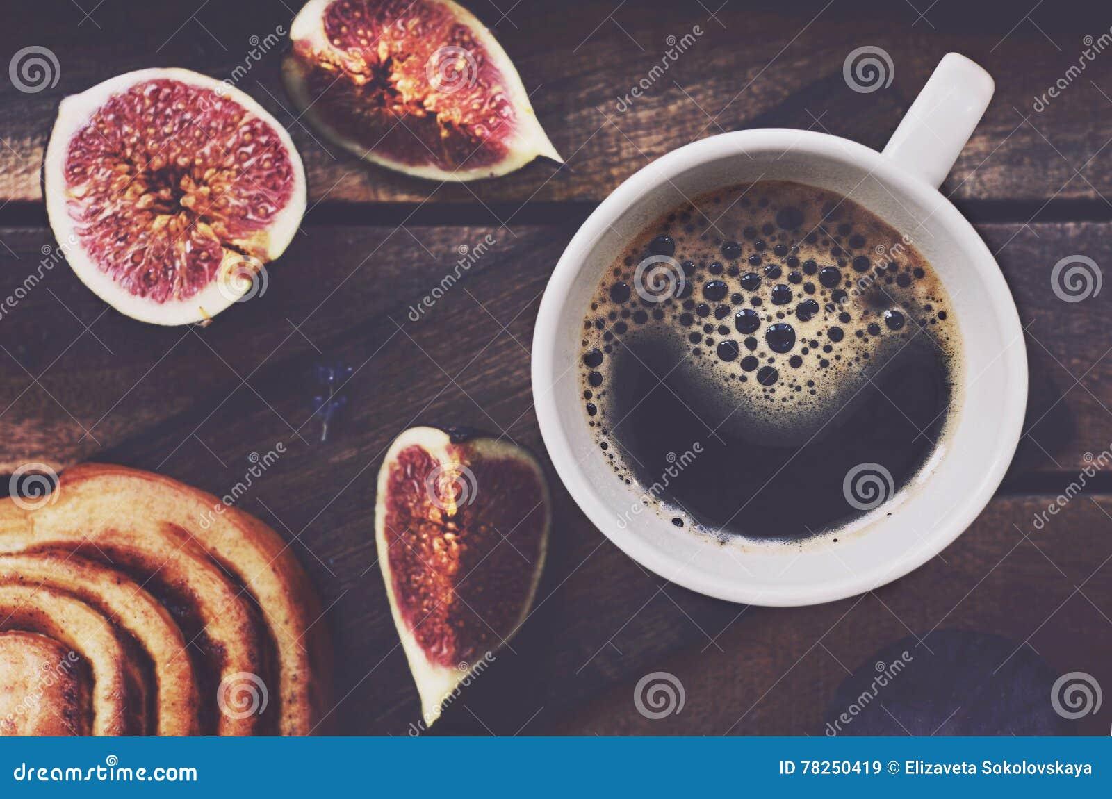 Φλυτζάνι του μαύρου καφέ στον ξύλινο δίσκο
