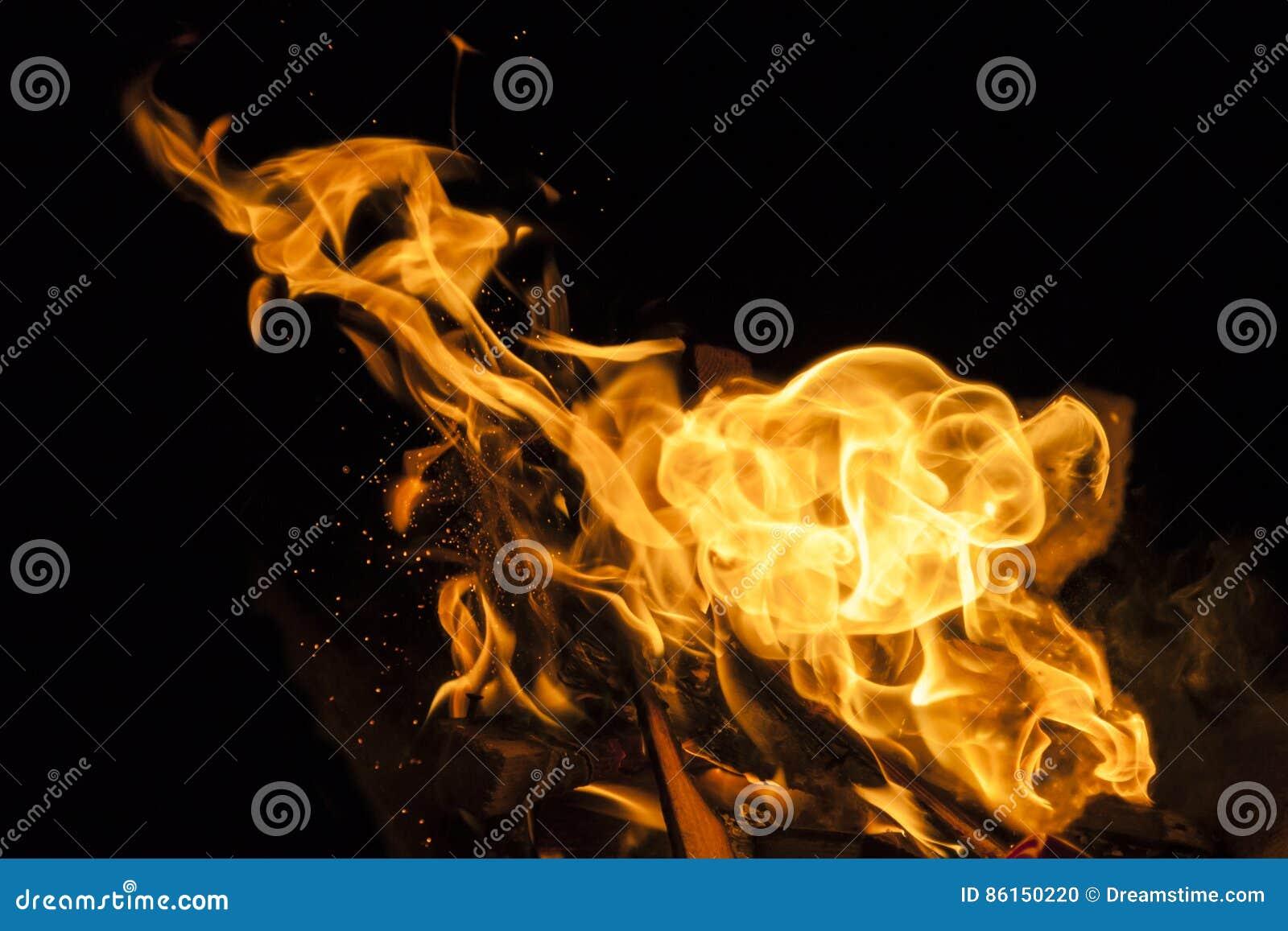Φλόγα πυρκαγιάς στο μαύρο υπόβαθρο