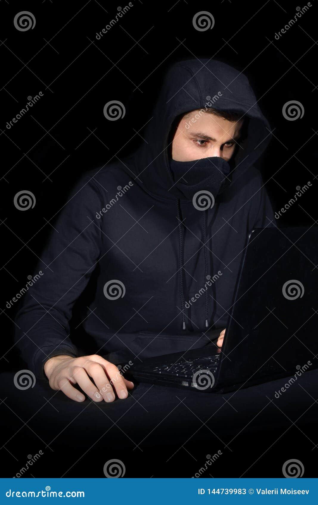 Χάκερ με το lap-top που αρχίζει cyber την επίθεση, στο Μαύρο
