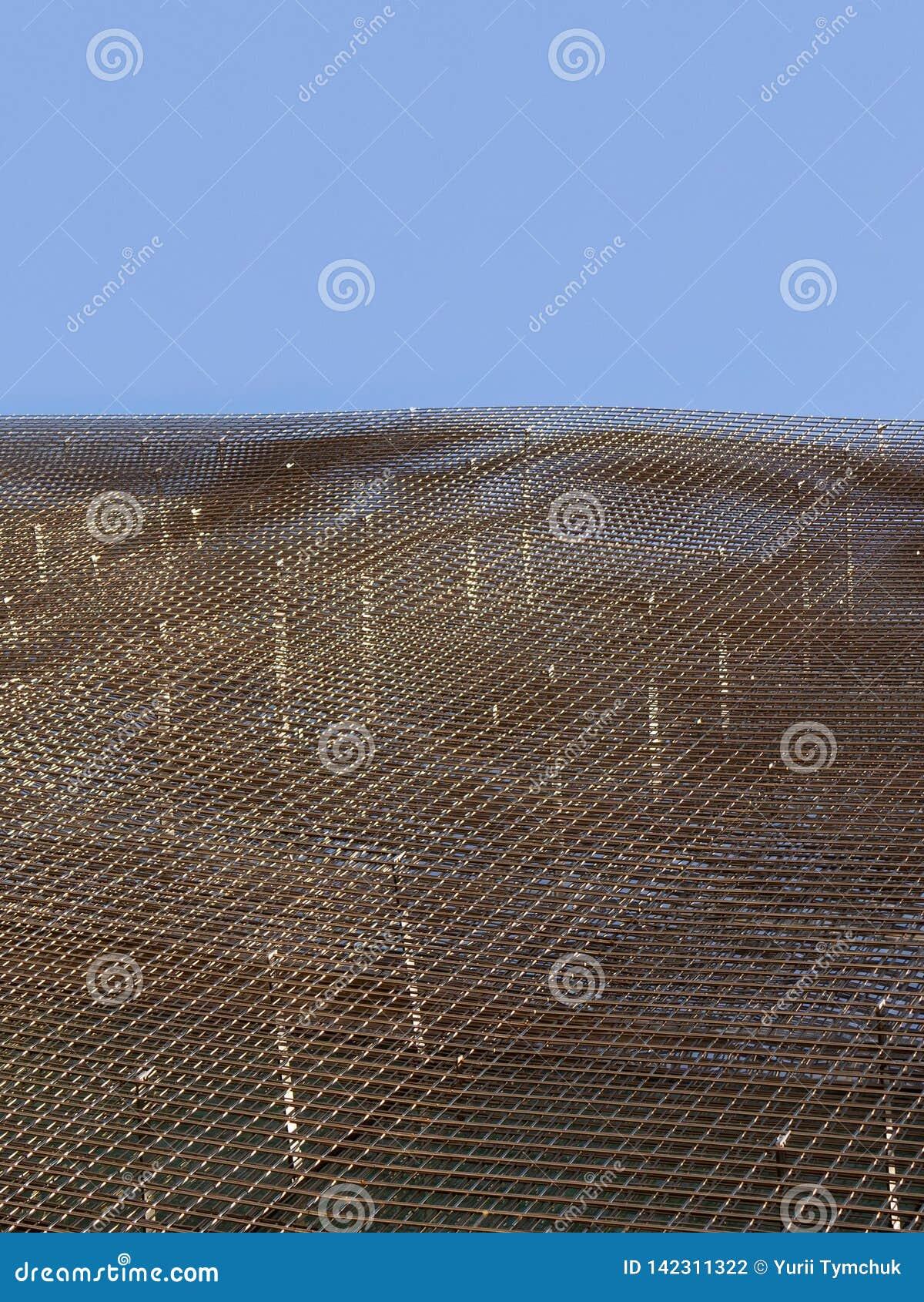 Χάλυβας πλέγματος καλωδίων για το κτήριο ουρανοξυστών κάτω από το μπλε ουρανό