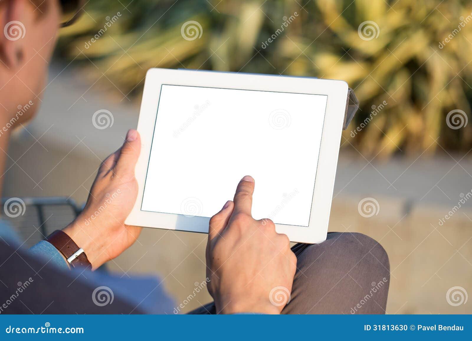 Χέρια ατόμων που κρατούν το PC ταμπλετών
