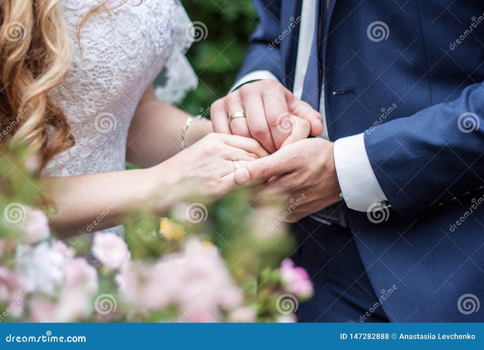 Χέρια εκμετάλλευσης γαμήλιων ζευγών, ευτυχείς νεόνυμφος και νύφη έννοια της αγάπης και του γάμου