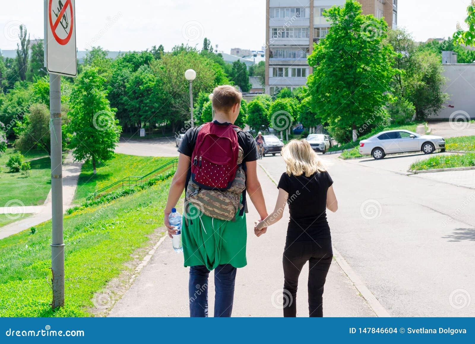 Χέρια εκμετάλλευσης ζεύγους που περπατούν μακριά