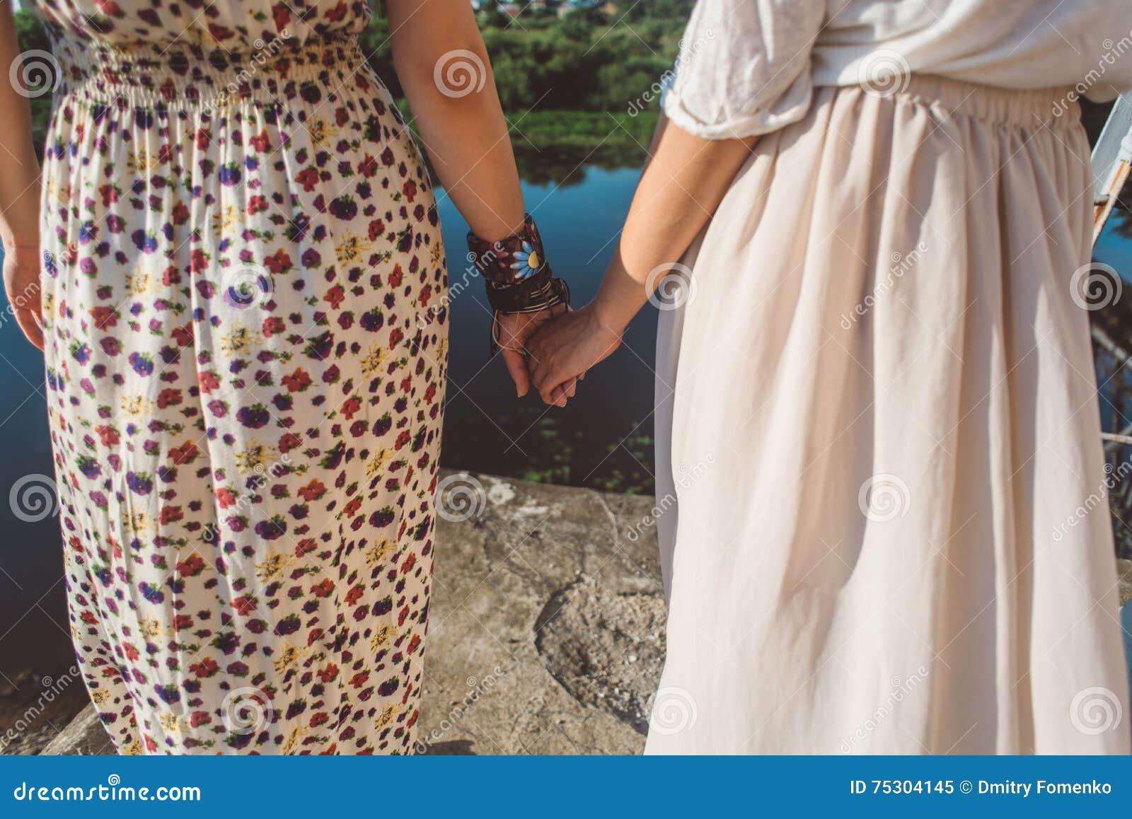 Χέρια εκμετάλλευσης κοριτσιών στην κινηματογράφηση σε πρώτο πλάνο όχθεων ποταμού