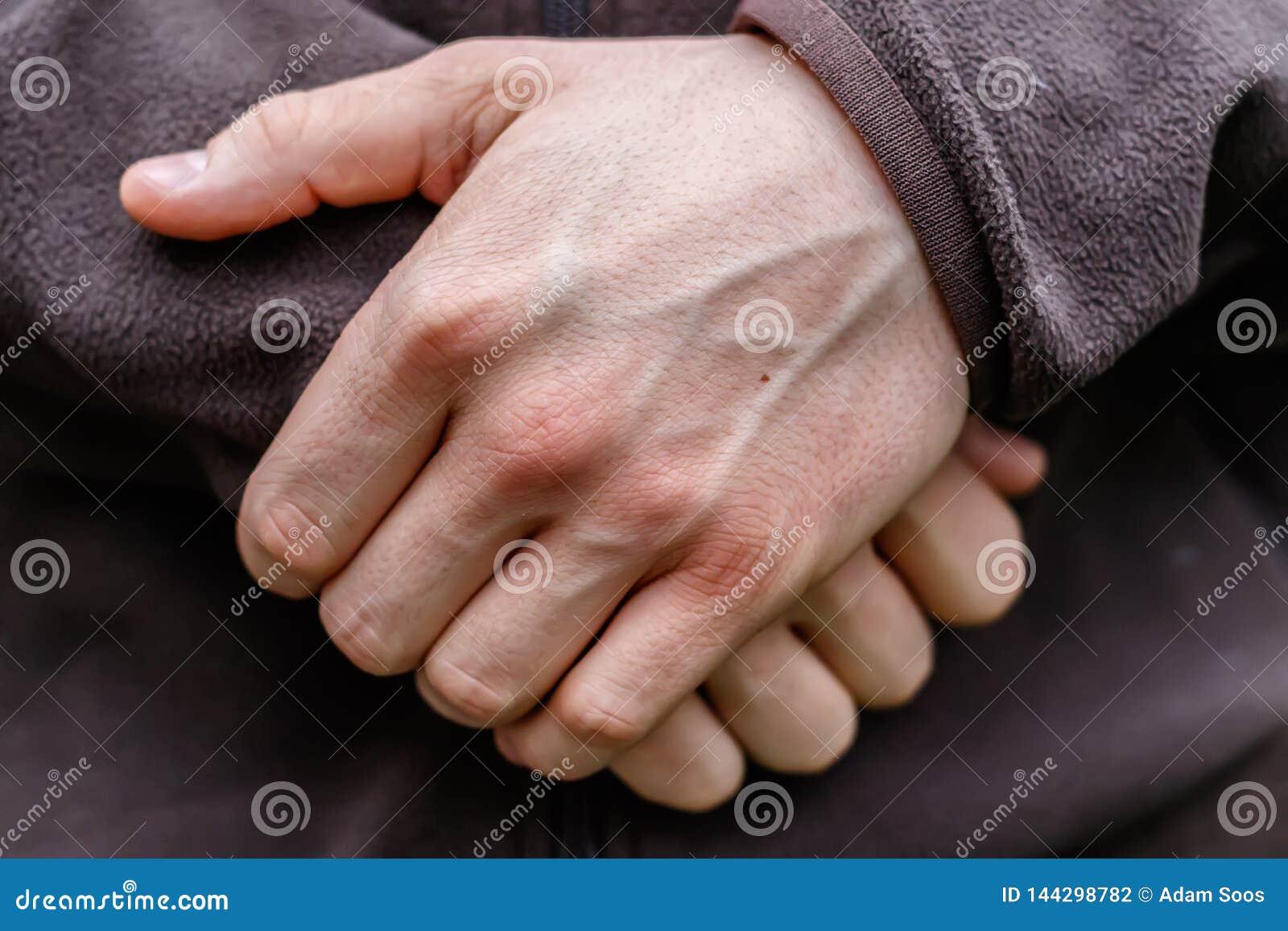 Χέρια ενός νεαρού άνδρα