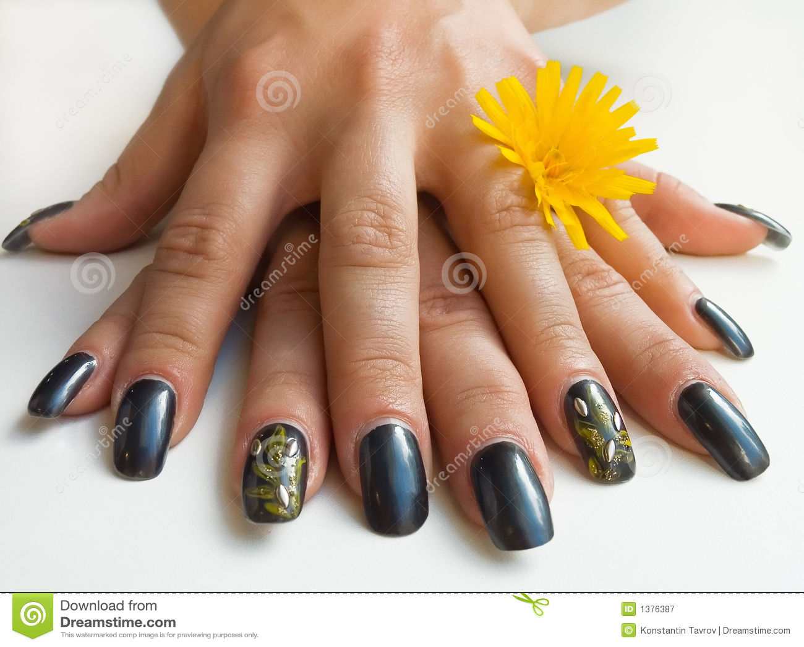χέρια λουλουδιών