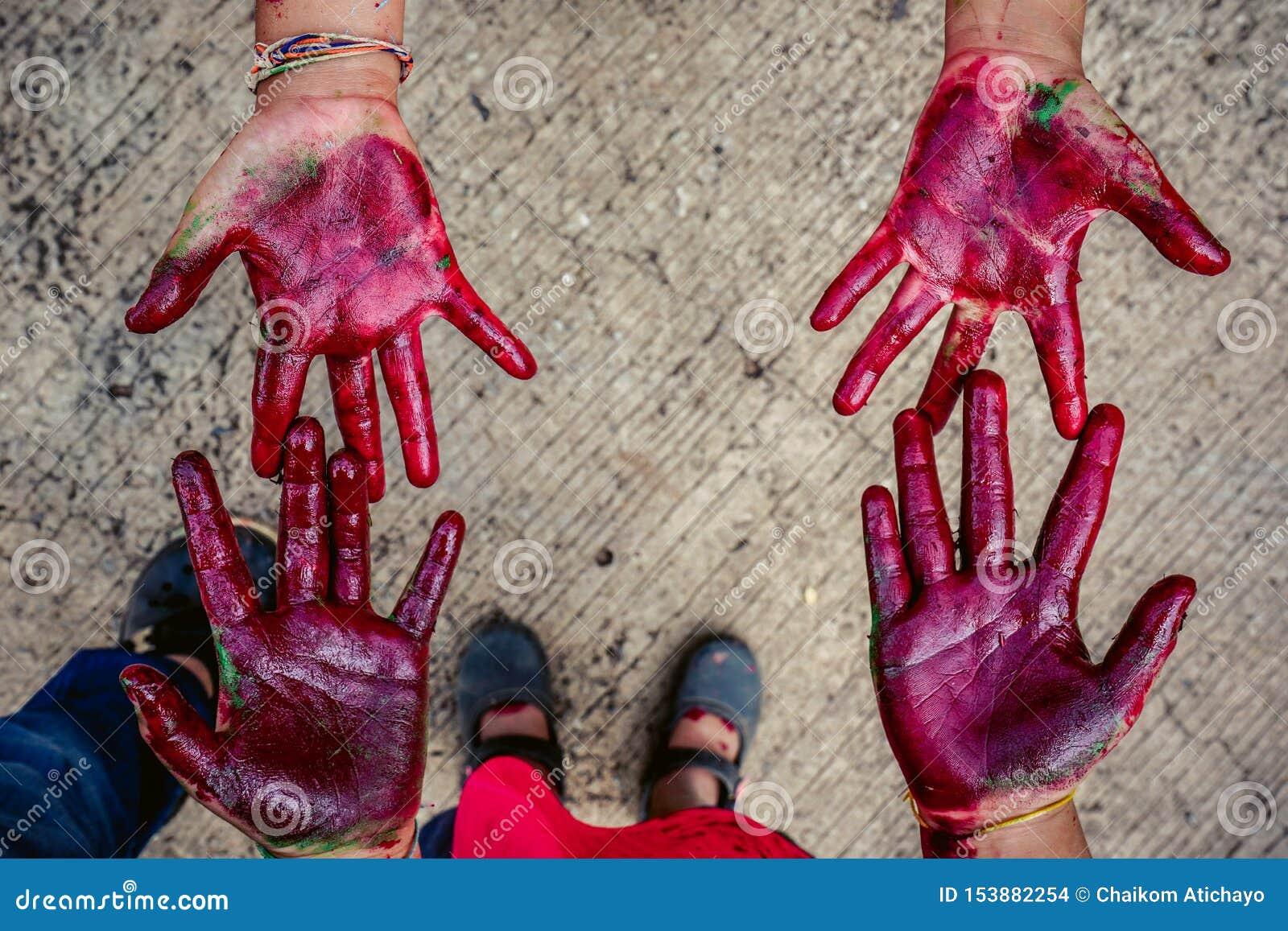 Χέρια μωρών που λερώνονται με το χρώμα