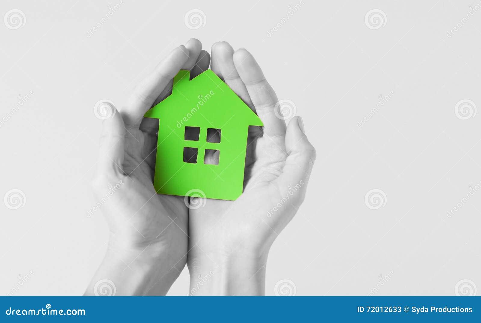 Χέρια που κρατούν το σπίτι Πράσινης Βίβλου