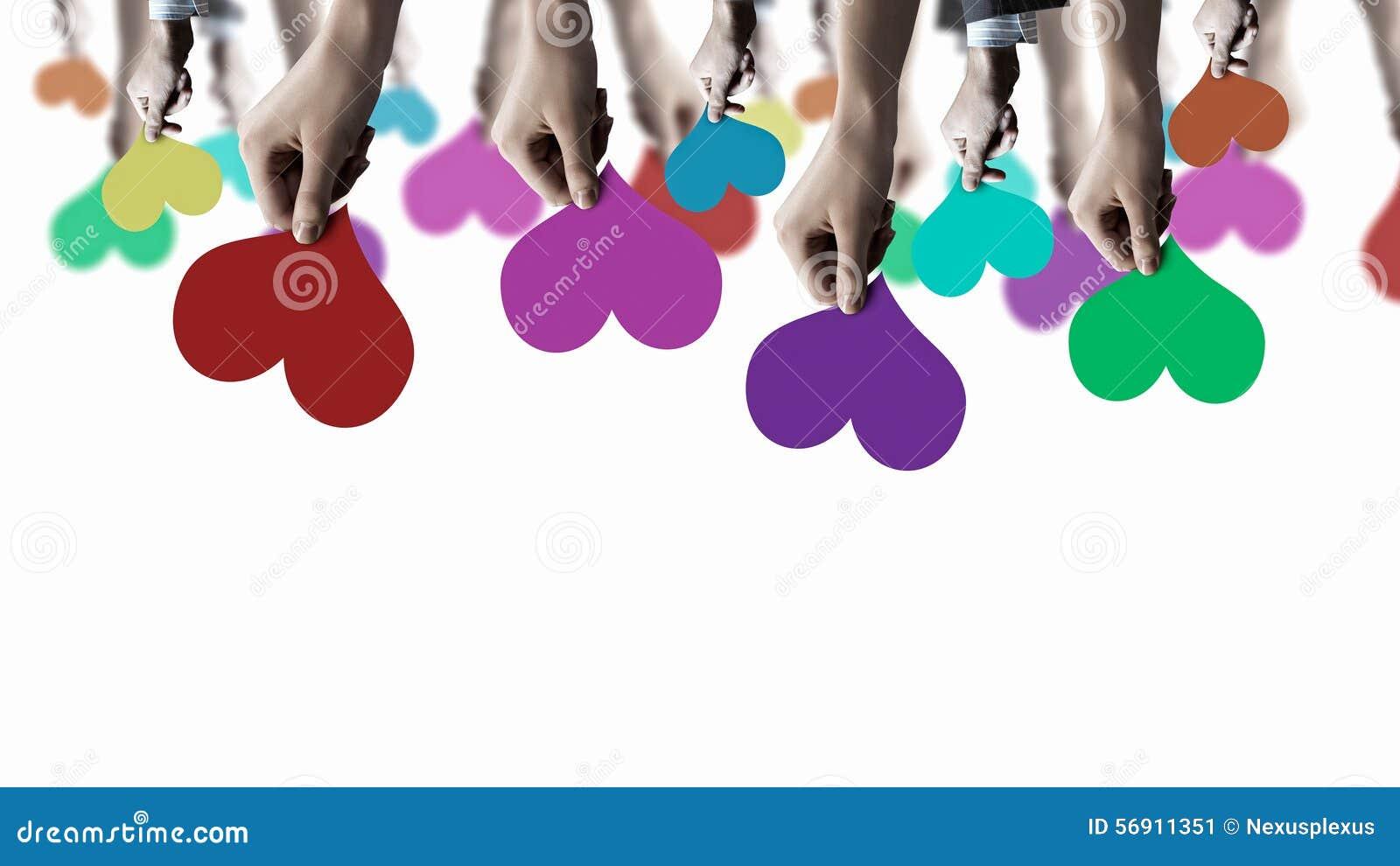 Χέρια που παρουσιάζουν κάρτες