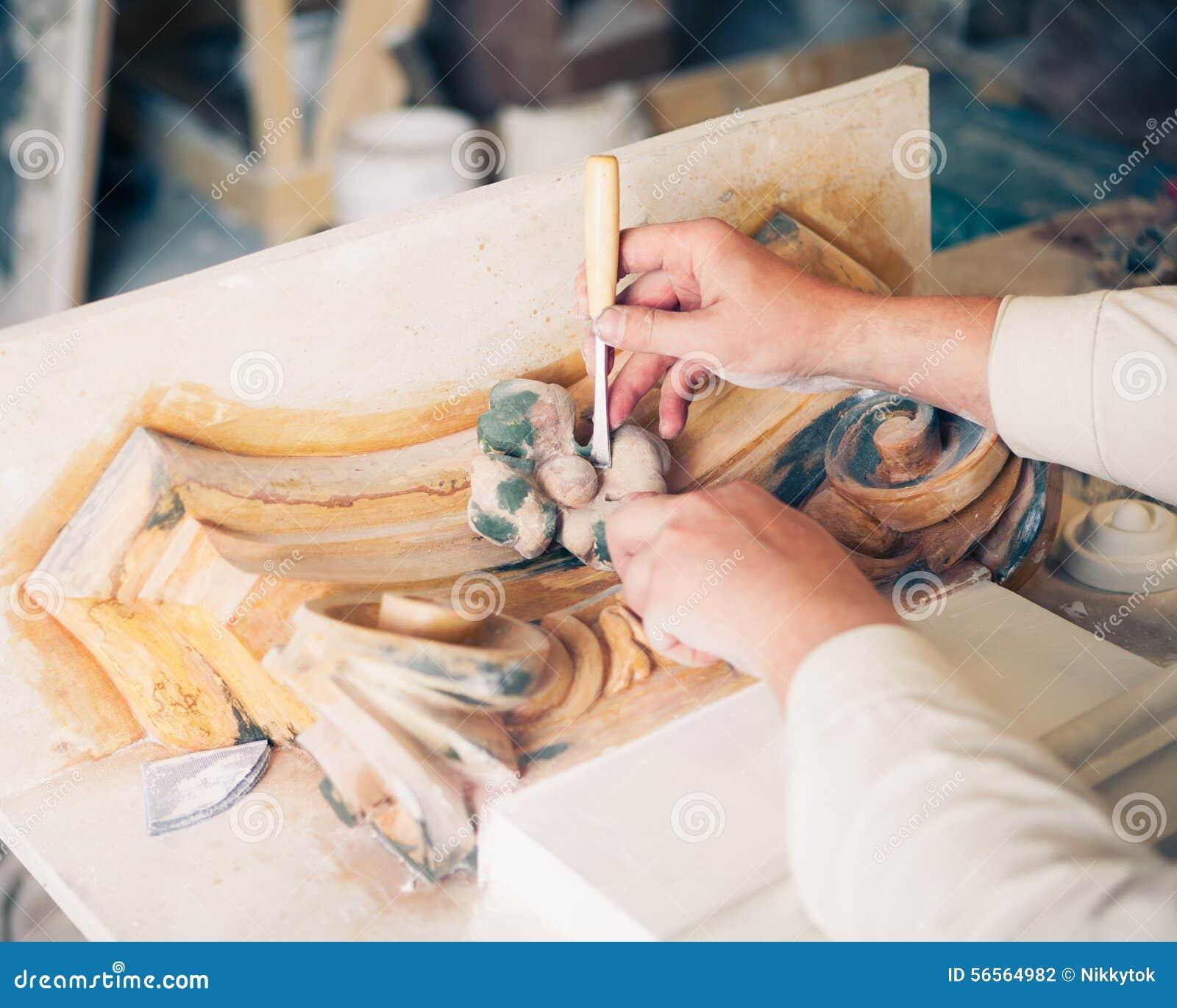 Download Χέρια του αποκαταστάτη που λειτουργούν με το παλαιό ντεκόρ Στοκ Εικόνες - εικόνα από ανακαινίστε, κατασκευαστής: 56564982