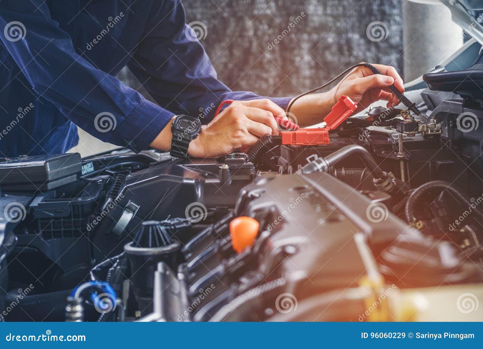 Χέρια του μηχανικού αυτοκινήτων που λειτουργούν στην αυτόματη υπηρεσία επισκευής