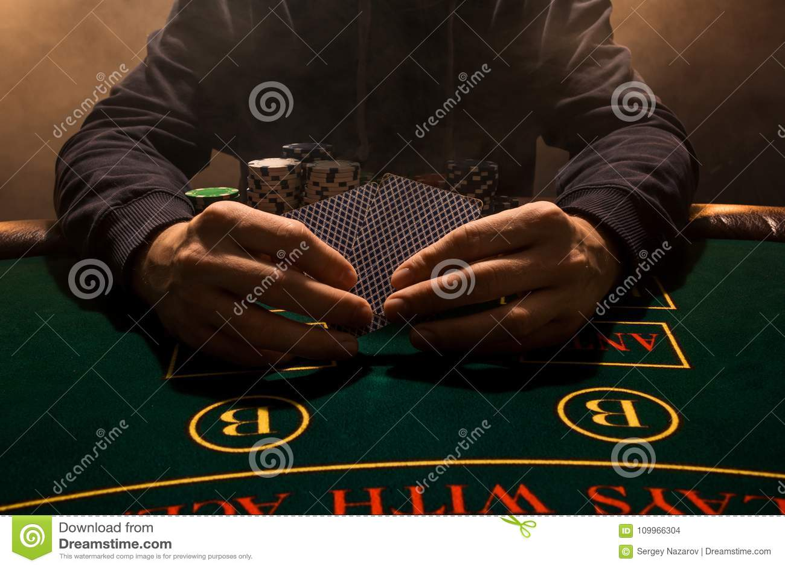 Χέρι ατόμων ` s με τις κάρτες παιχνιδιού κοντά επάνω Τσιπ παιχνιδιών καρτών χαρτοπαικτικών λεσχών Τεθειμένος στις κάρτες επιτραπέ