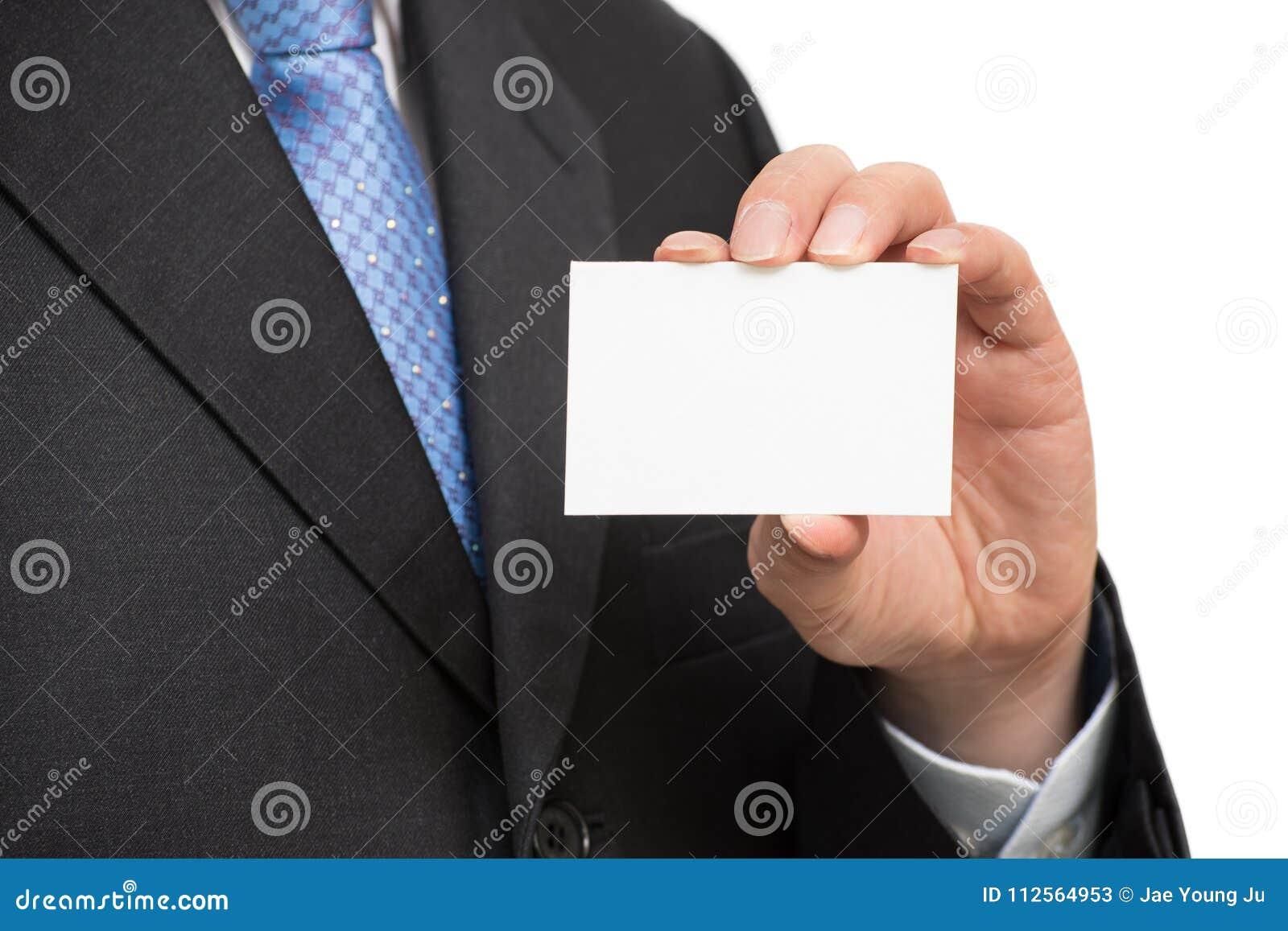 Χέρι ατόμων ` s που παρουσιάζει επαγγελματική κάρτα - κινηματογράφηση σε πρώτο πλάνο που πυροβολείται στο άσπρο υπόβαθρο