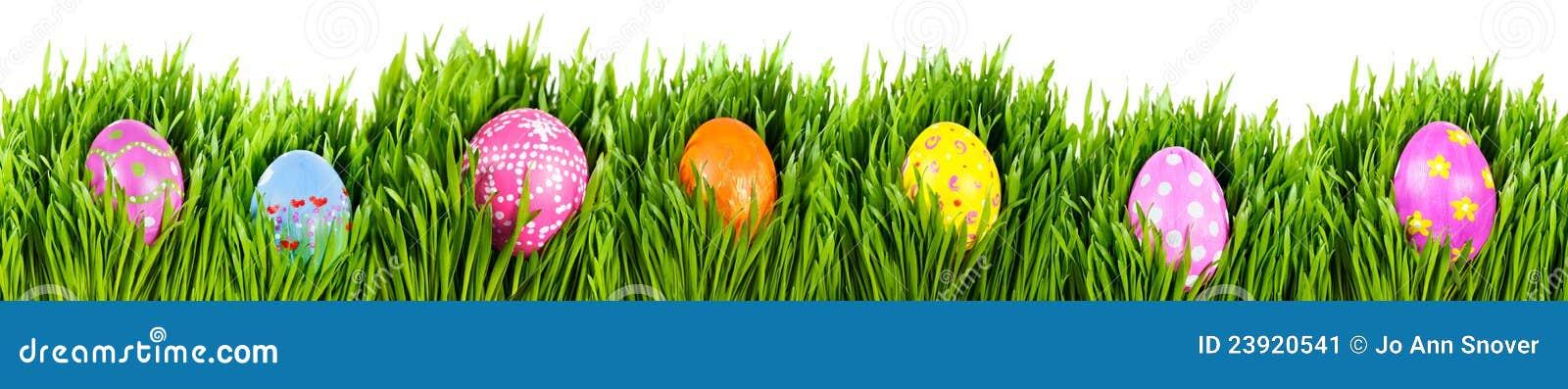 χέρι αυγών Πάσχας που χρωματίζεται