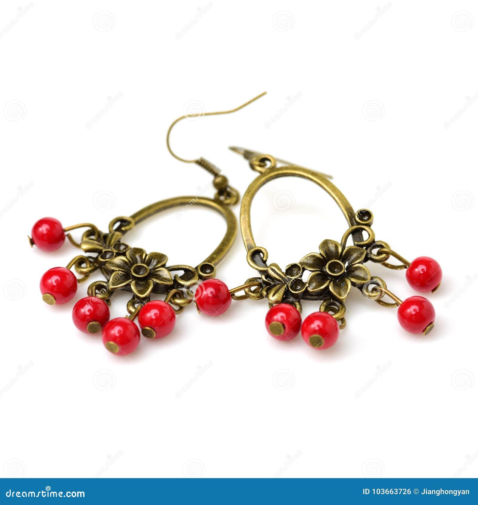 Χέρι - γίνοντα σκουλαρίκια που γίνονται με το μέταλλο και τα κόκκινα κρύσταλλα