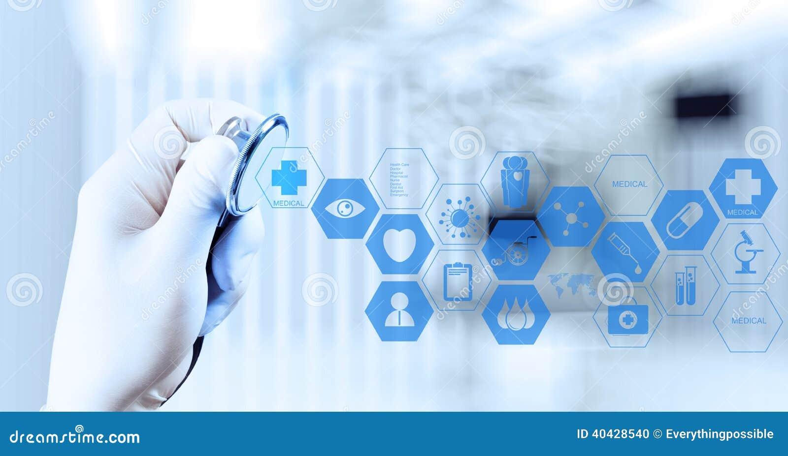 Χέρι γιατρών ιατρικής που λειτουργεί με τη σύγχρονη διεπαφή υπολογιστών